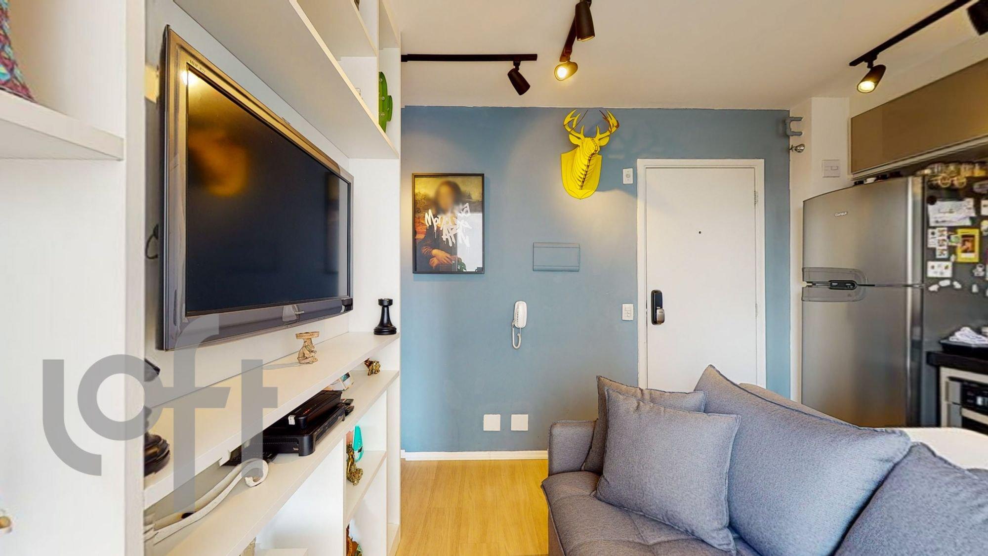 Foto de Sala com sofá, geladeira, televisão
