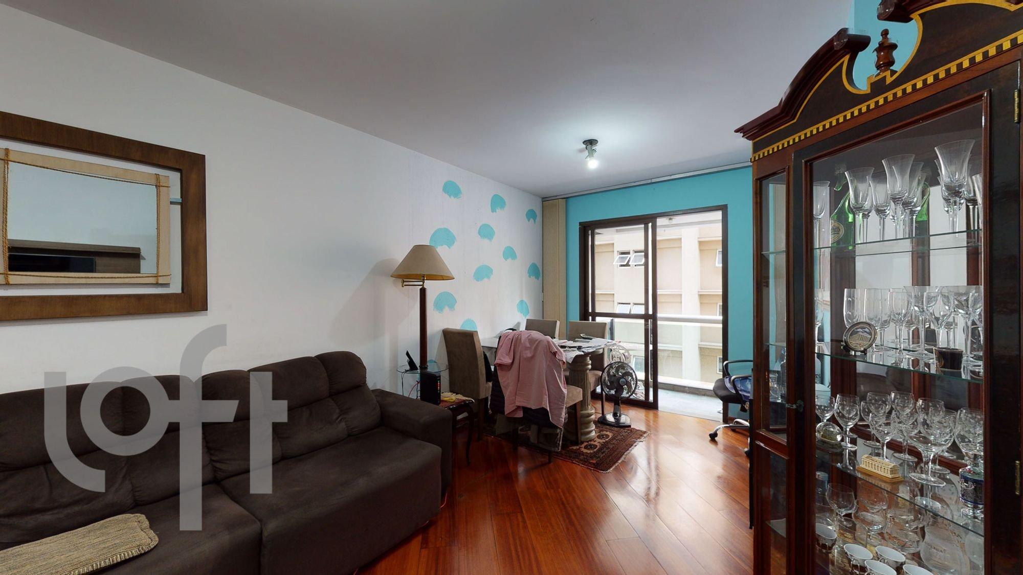 Foto de Sala com copo de vinho, sofá, cadeira