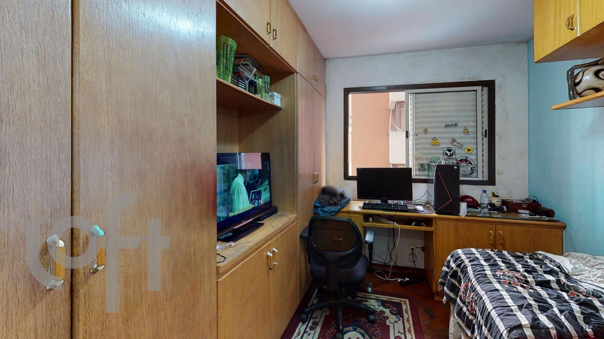 Foto de Quarto com cama, teclado, televisão, garrafa, cadeira