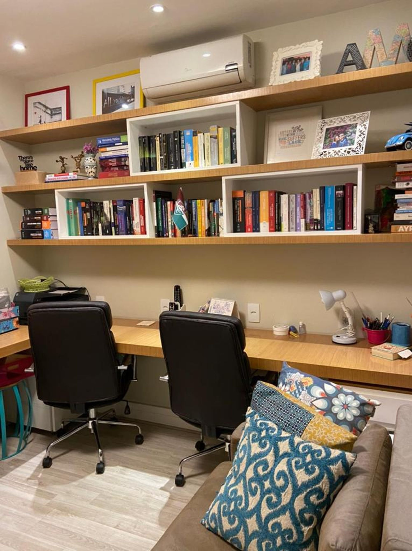 Foto de Sala com mouse, sofá, cadeira, livro, xícara