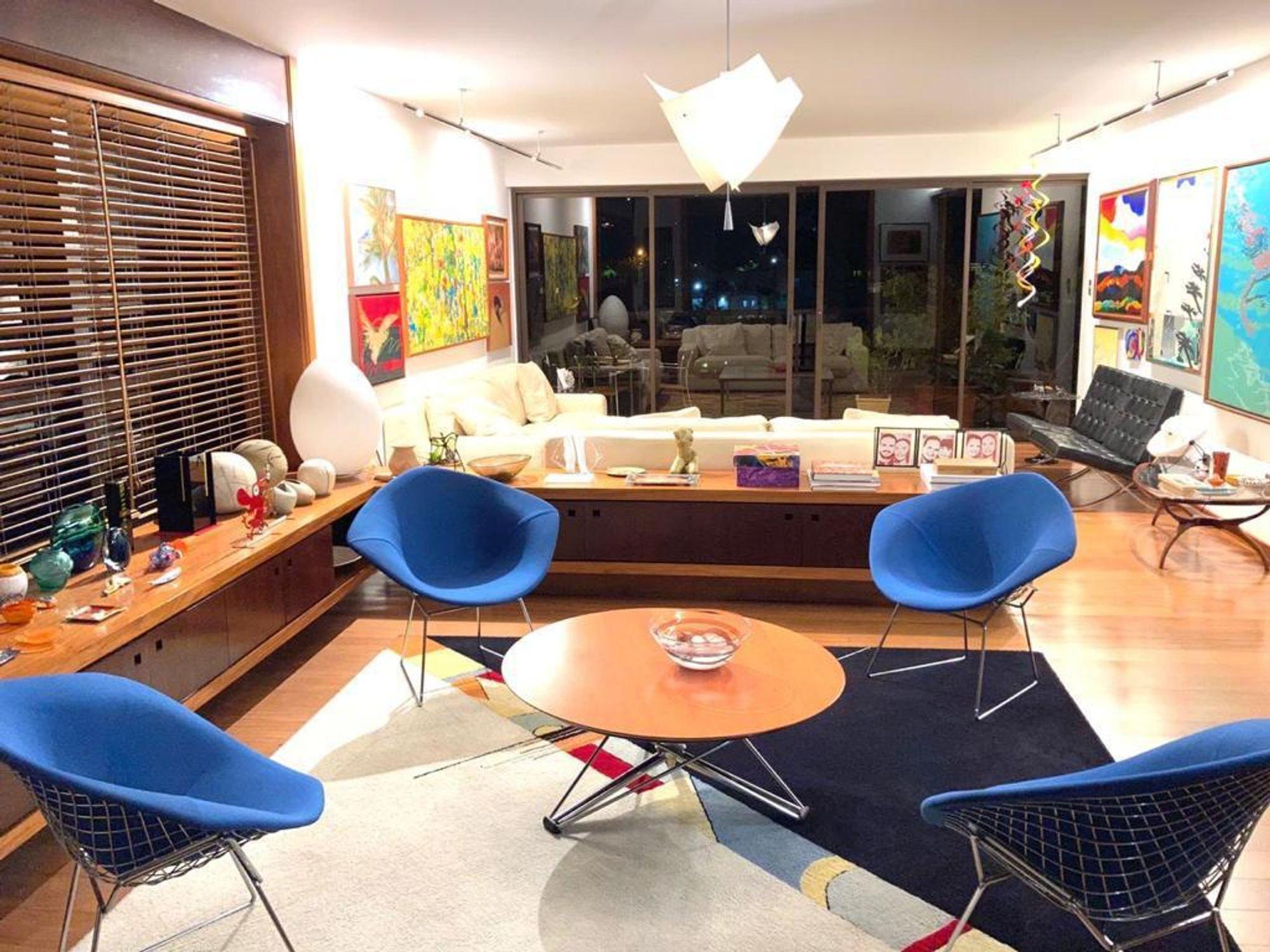 Foto de Sala com vaso de planta, copo de vinho, sofá, vaso, tigela, cadeira