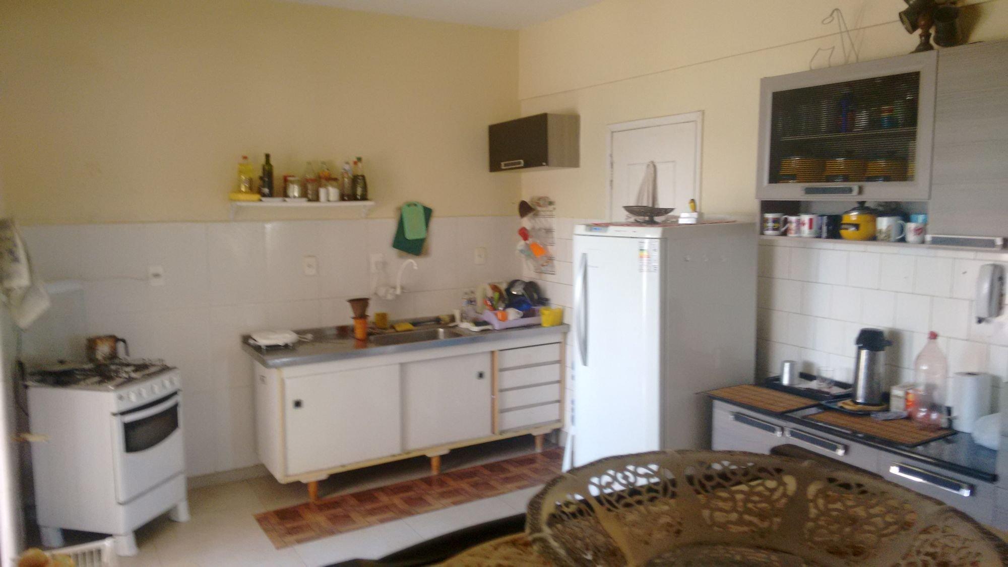 Foto de Cozinha com televisão, forno, pia, mesa de jantar, garrafa, geladeira, xícara