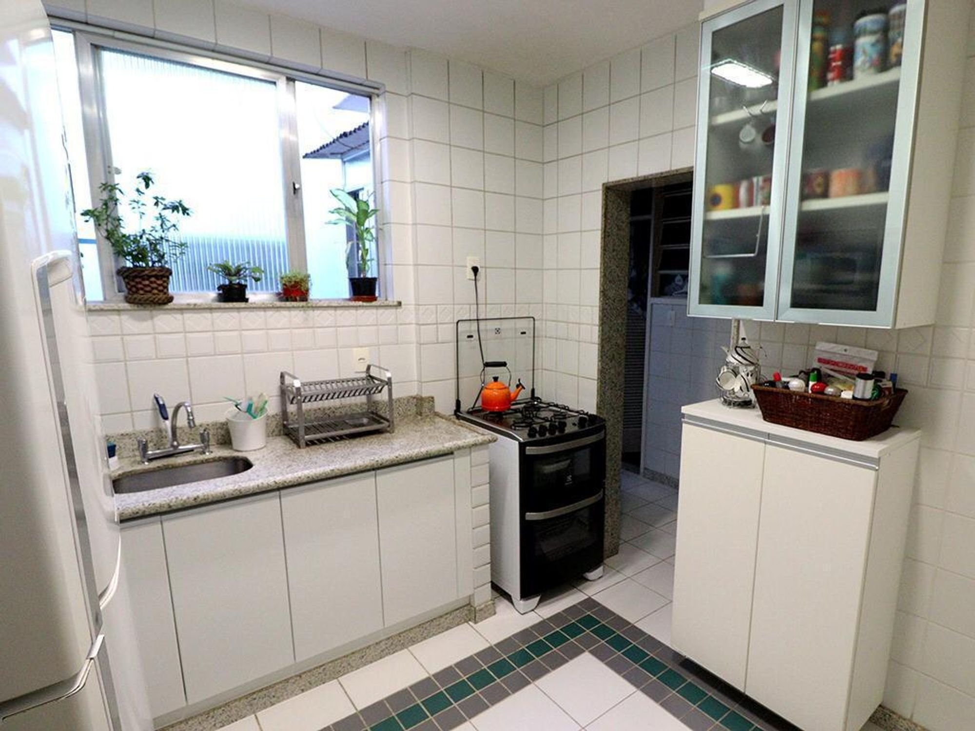 Foto de Cozinha com vaso de planta, forno, pia, xícara