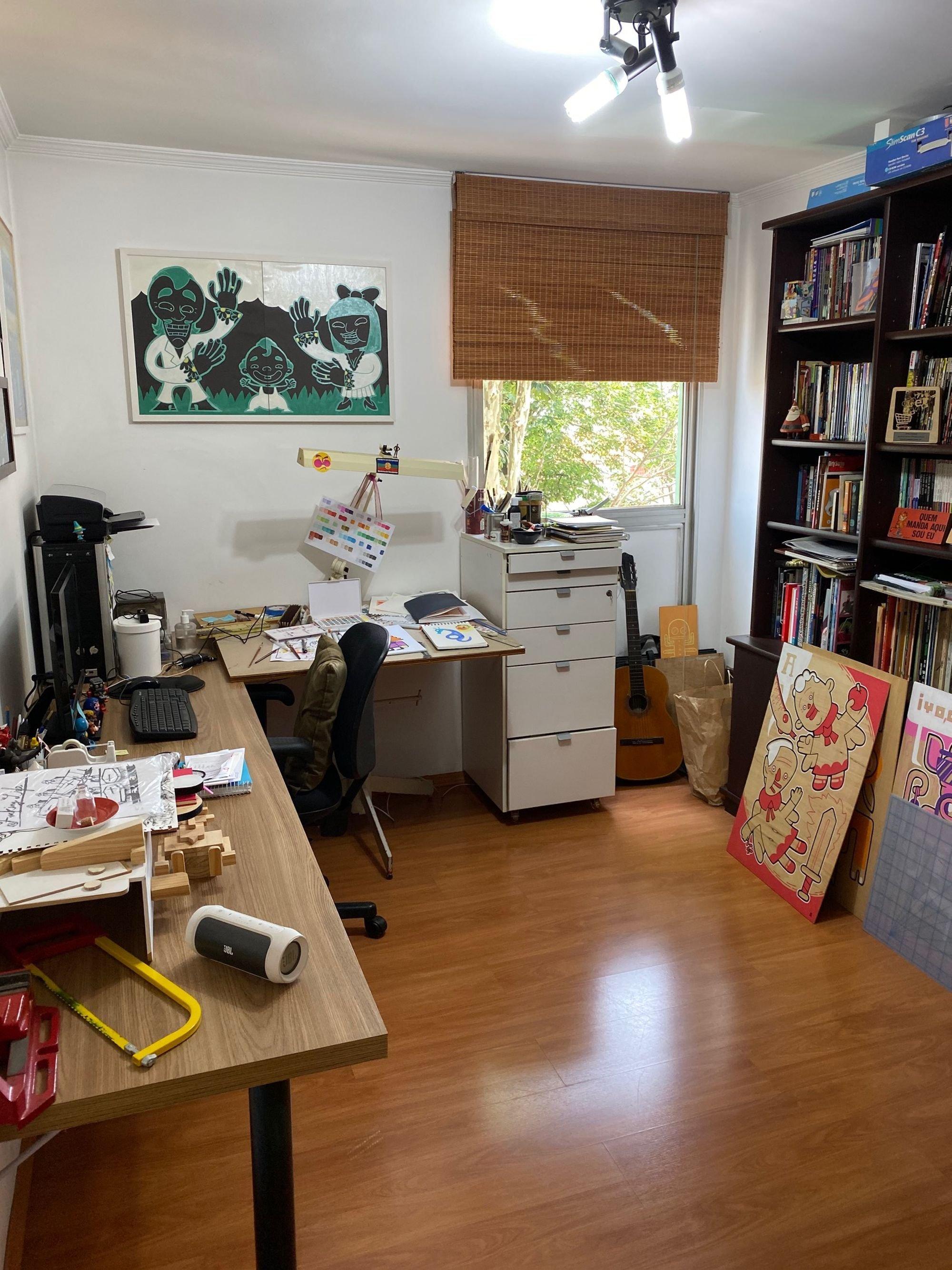 Foto de Quarto com teclado, celular, cadeira, livro