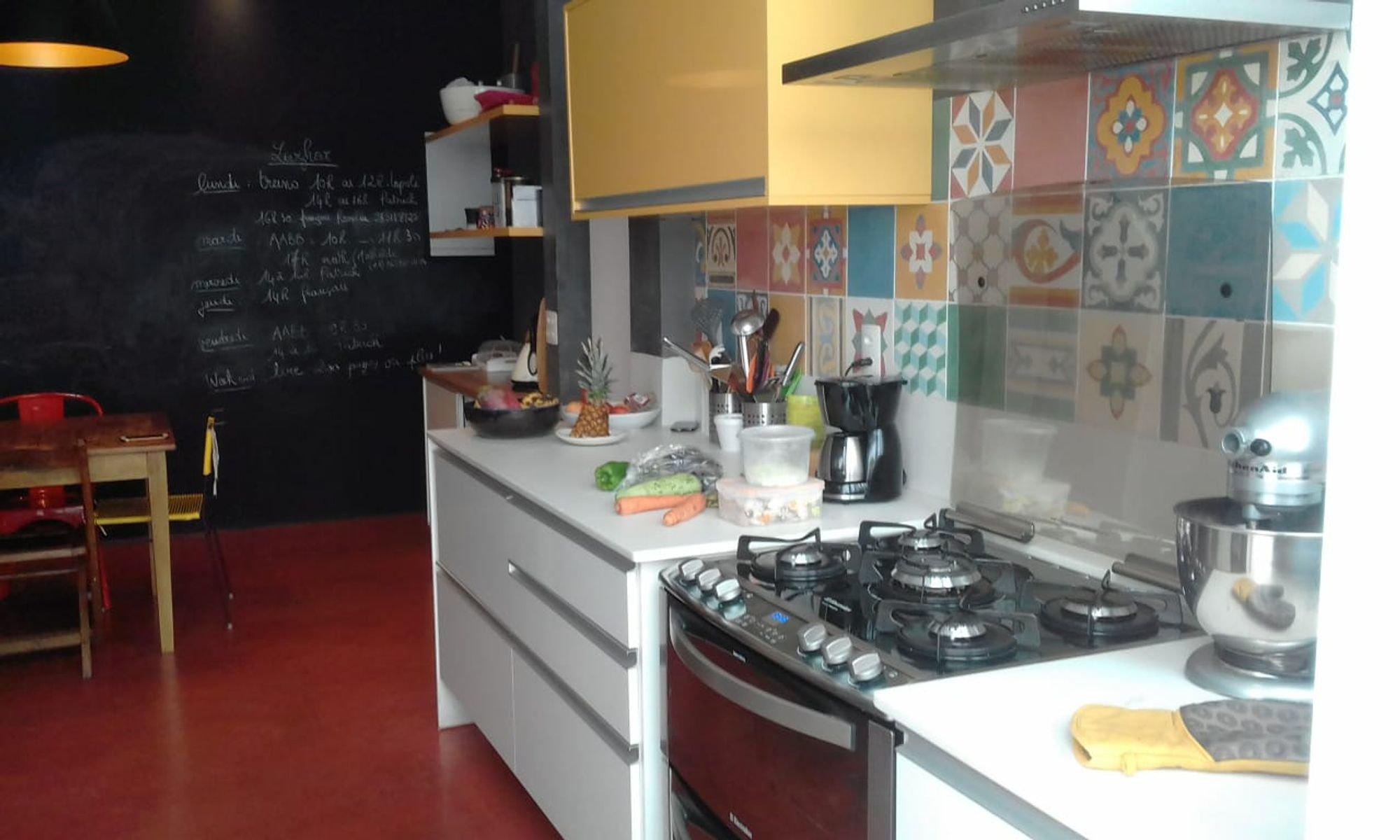 Foto de Cozinha com forno, tigela, cadeira