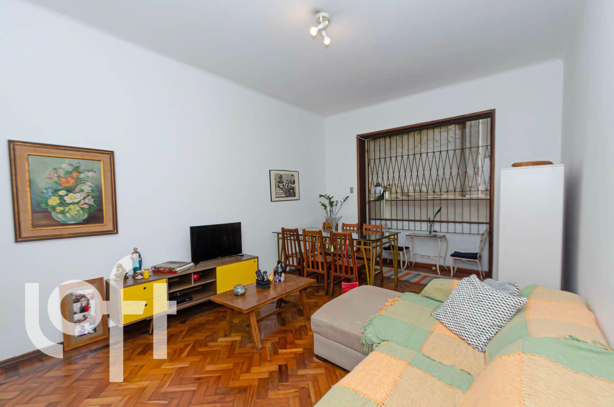 Foto de Sala com cama, televisão, vaso, cadeira