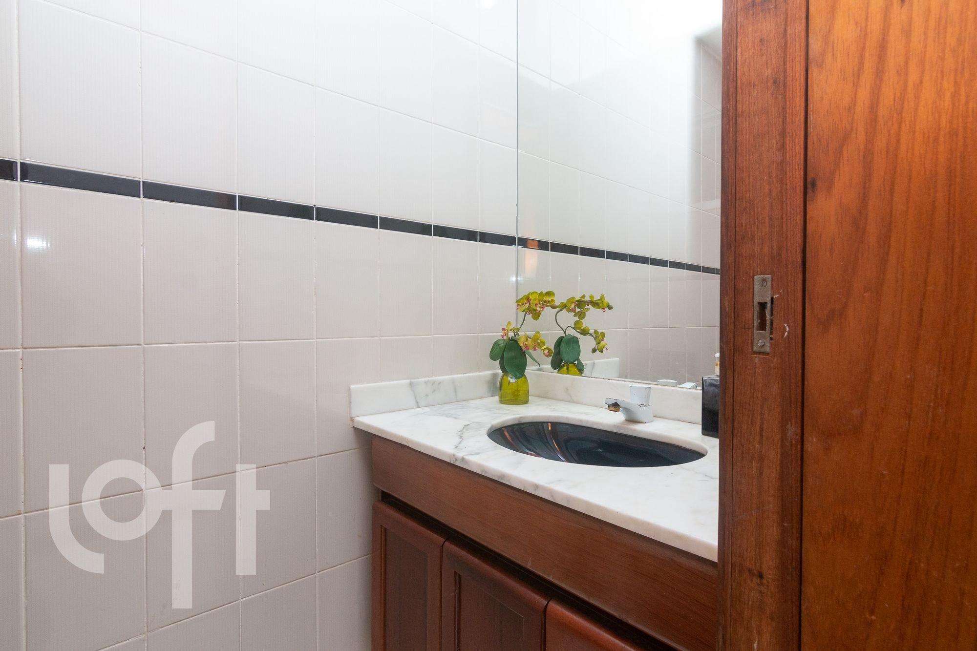 Foto de Banheiro com vaso de planta, vaso, pia