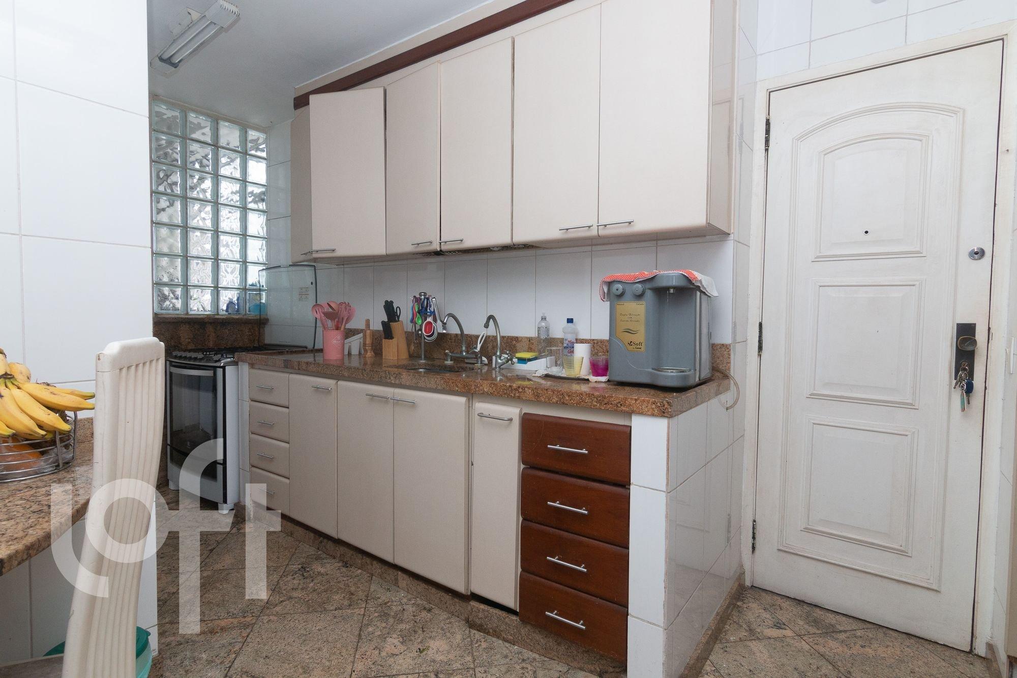 Foto de Cozinha com colher, garrafa