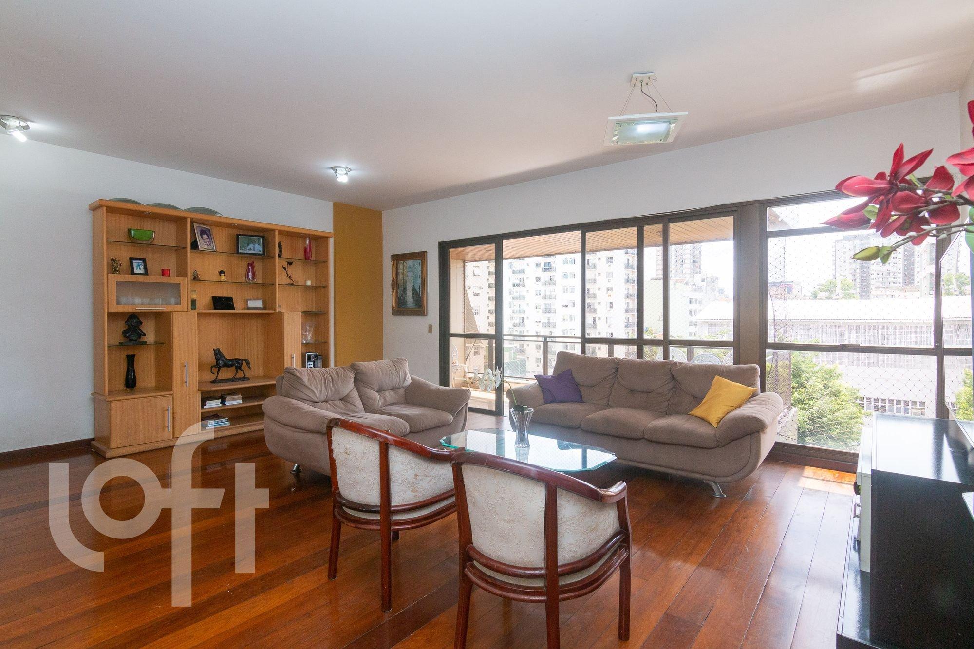 Foto de Sala com sofá, tigela, cadeira, livro