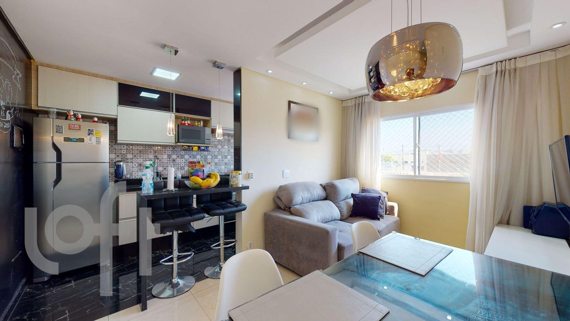Foto de Sala com teclado, sofá, televisão, pessoa, cadeira, mesa de jantar