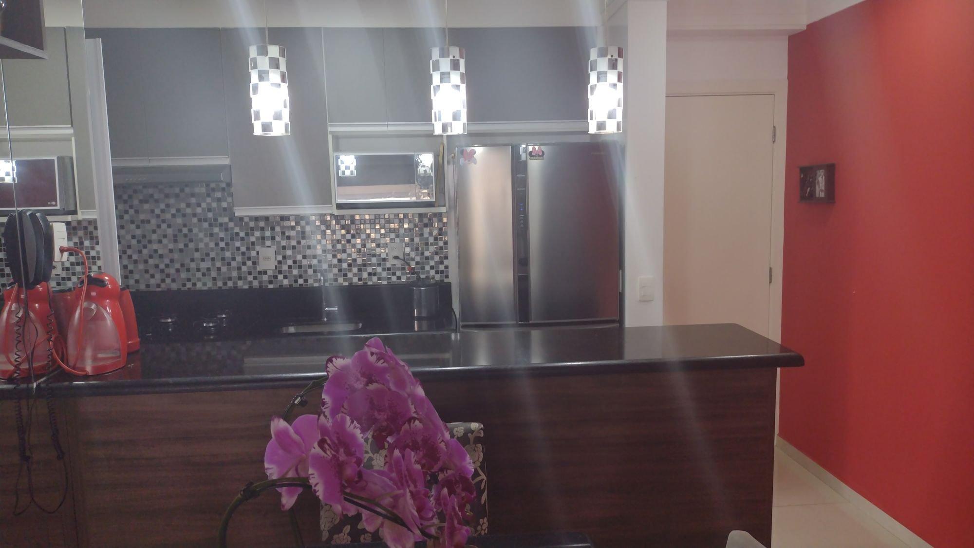 Foto de Sala com geladeira, garrafa