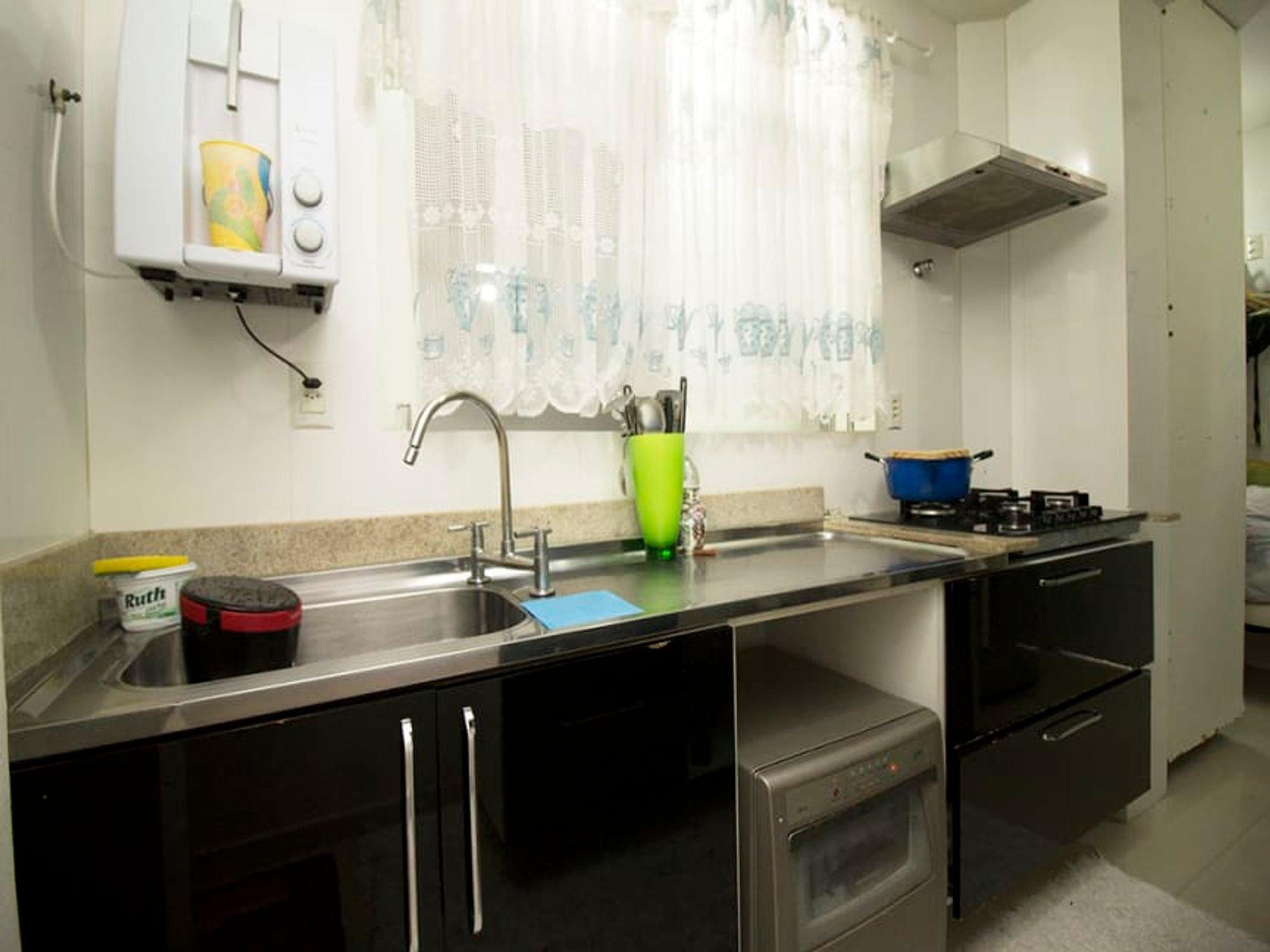 Foto de Cozinha com colher, forno, pia, xícara