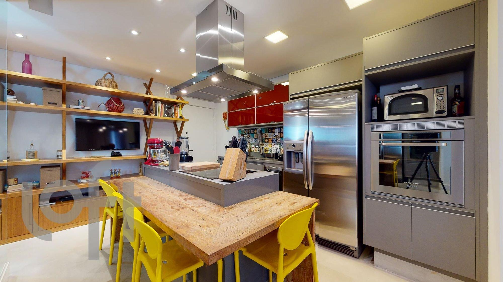 Foto de Cozinha com garrafa, forno, geladeira, cadeira, microondas, mesa de jantar