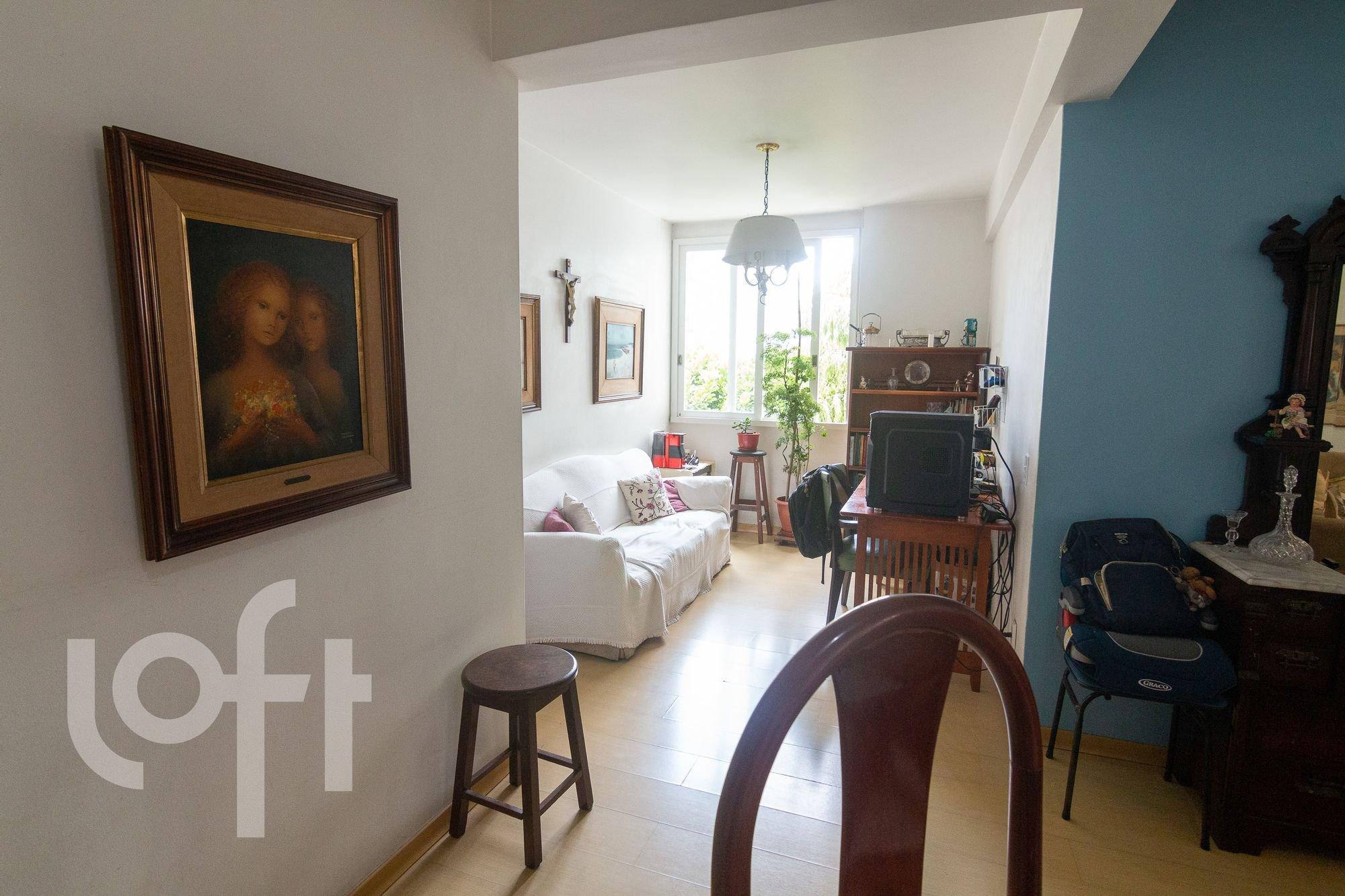 Foto de Quarto com vaso de planta, sofá, televisão, vaso, cadeira