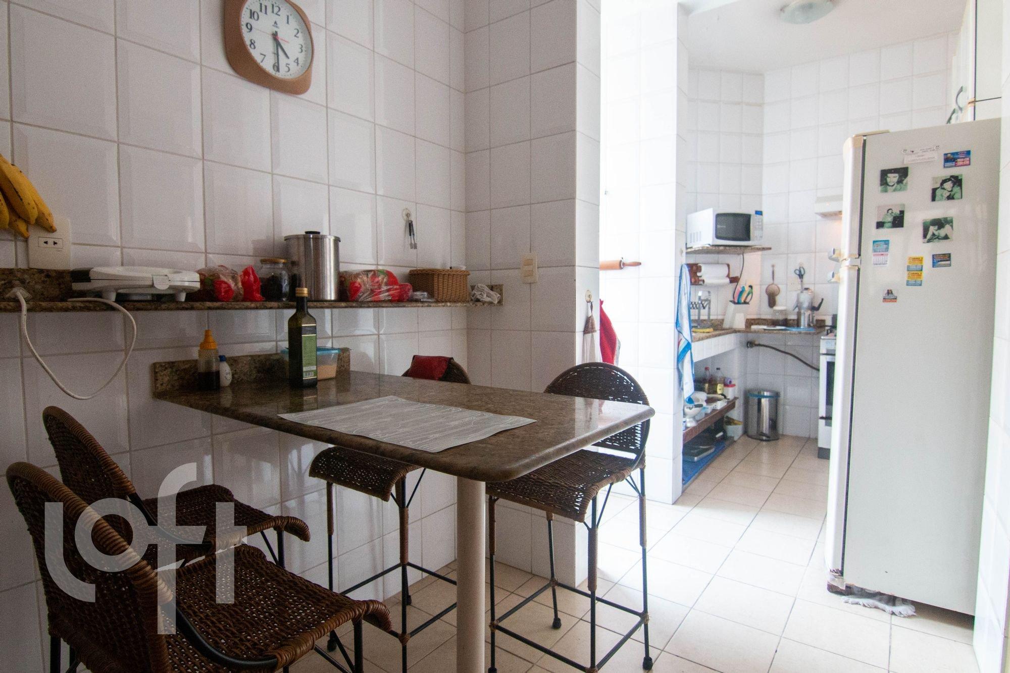 Foto de Cozinha com garrafa, relógio, geladeira, cadeira