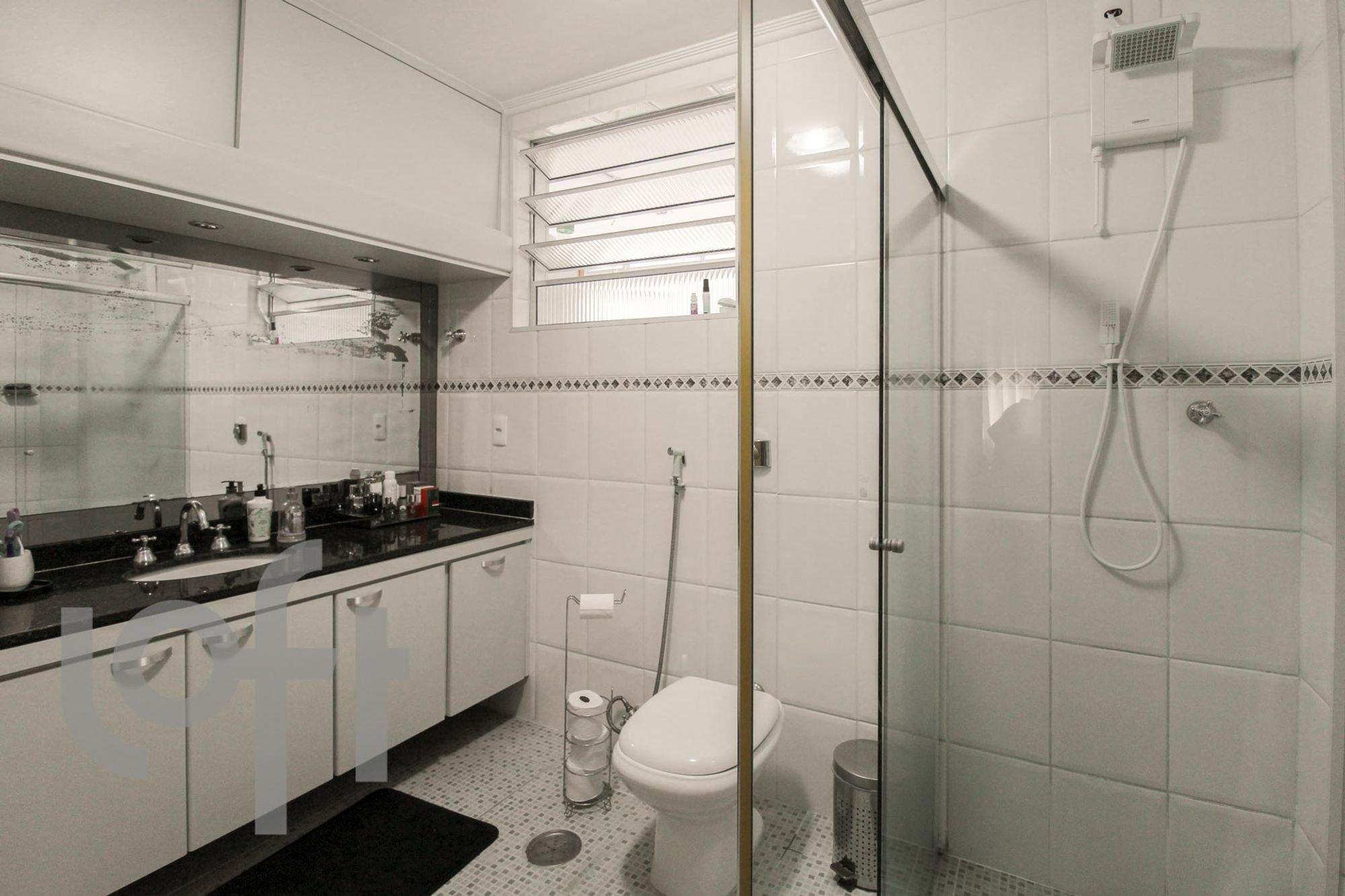 Foto de Cozinha com vaso sanitário, pia