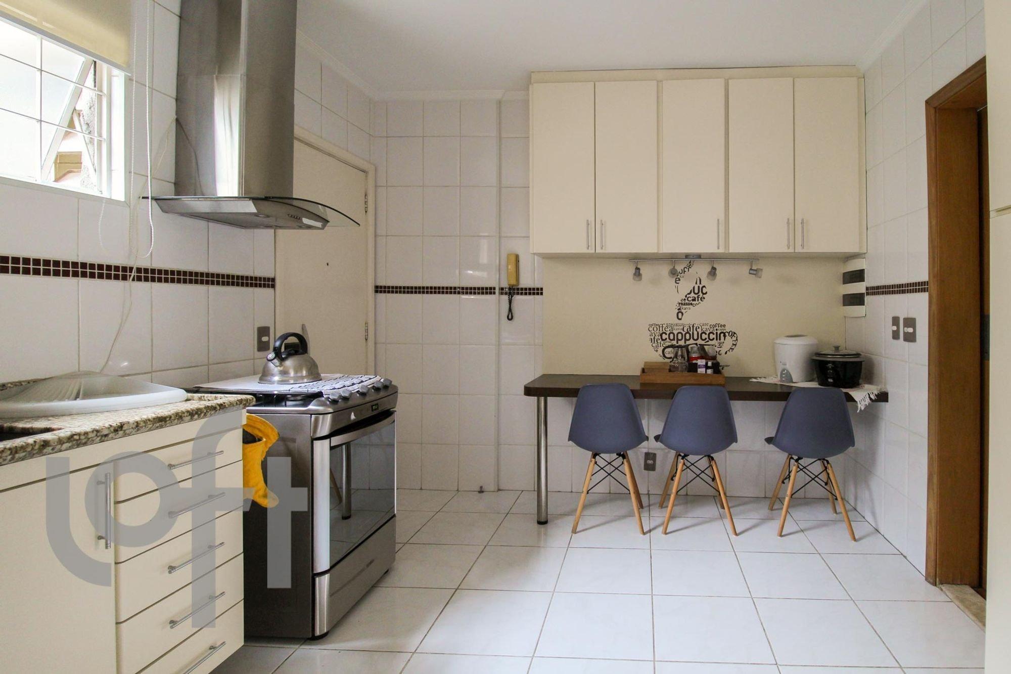 Foto de Cozinha com forno, cadeira, pia