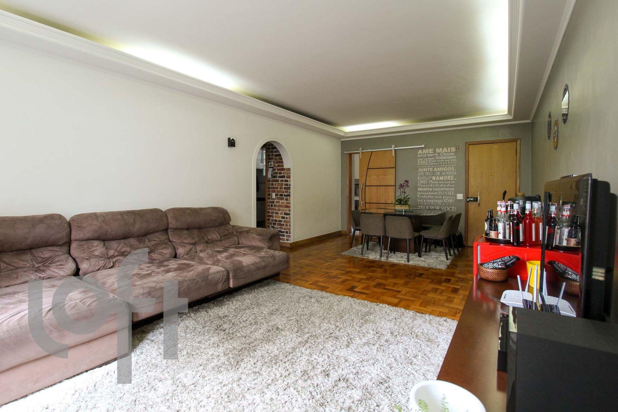 Foto de Sala com sofá, garrafa, tigela, cadeira