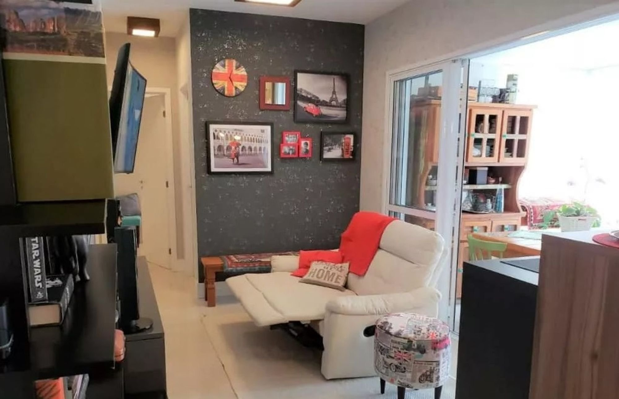 Foto de Sala com vaso de planta, sofá, televisão, relógio