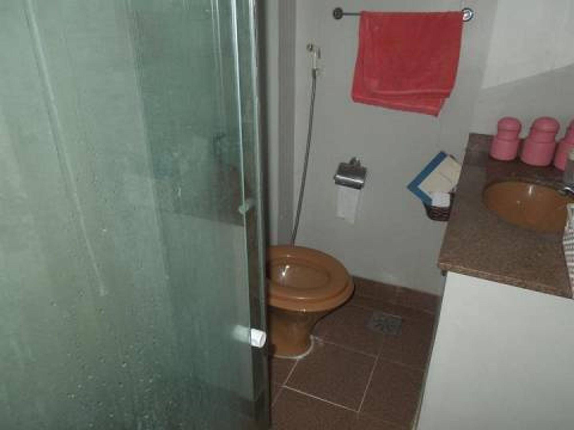 Foto de Corredor com vaso sanitário, pia