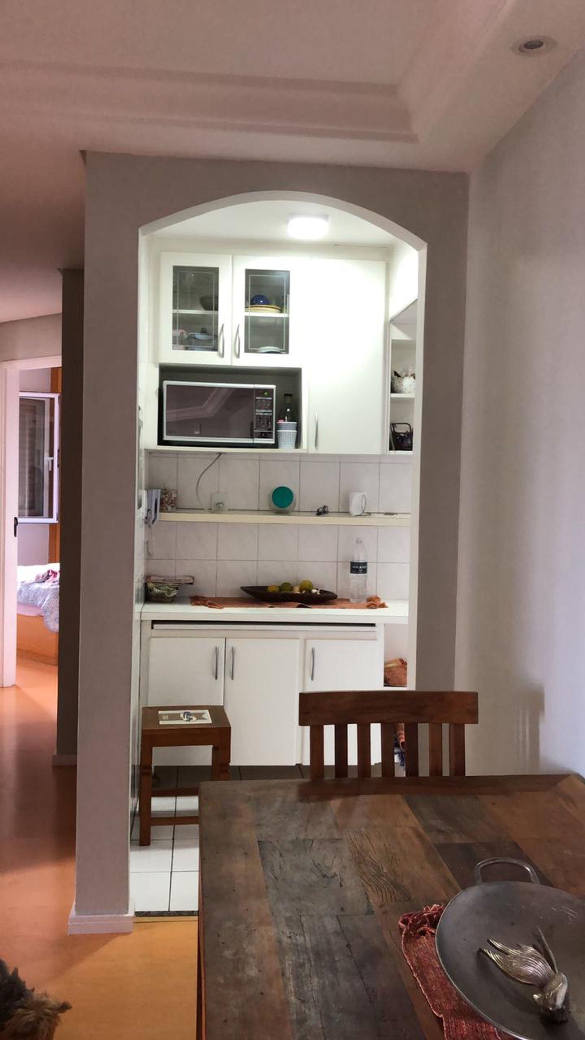 Foto de Cozinha com cadeira, pia, microondas, mesa de jantar, xícara
