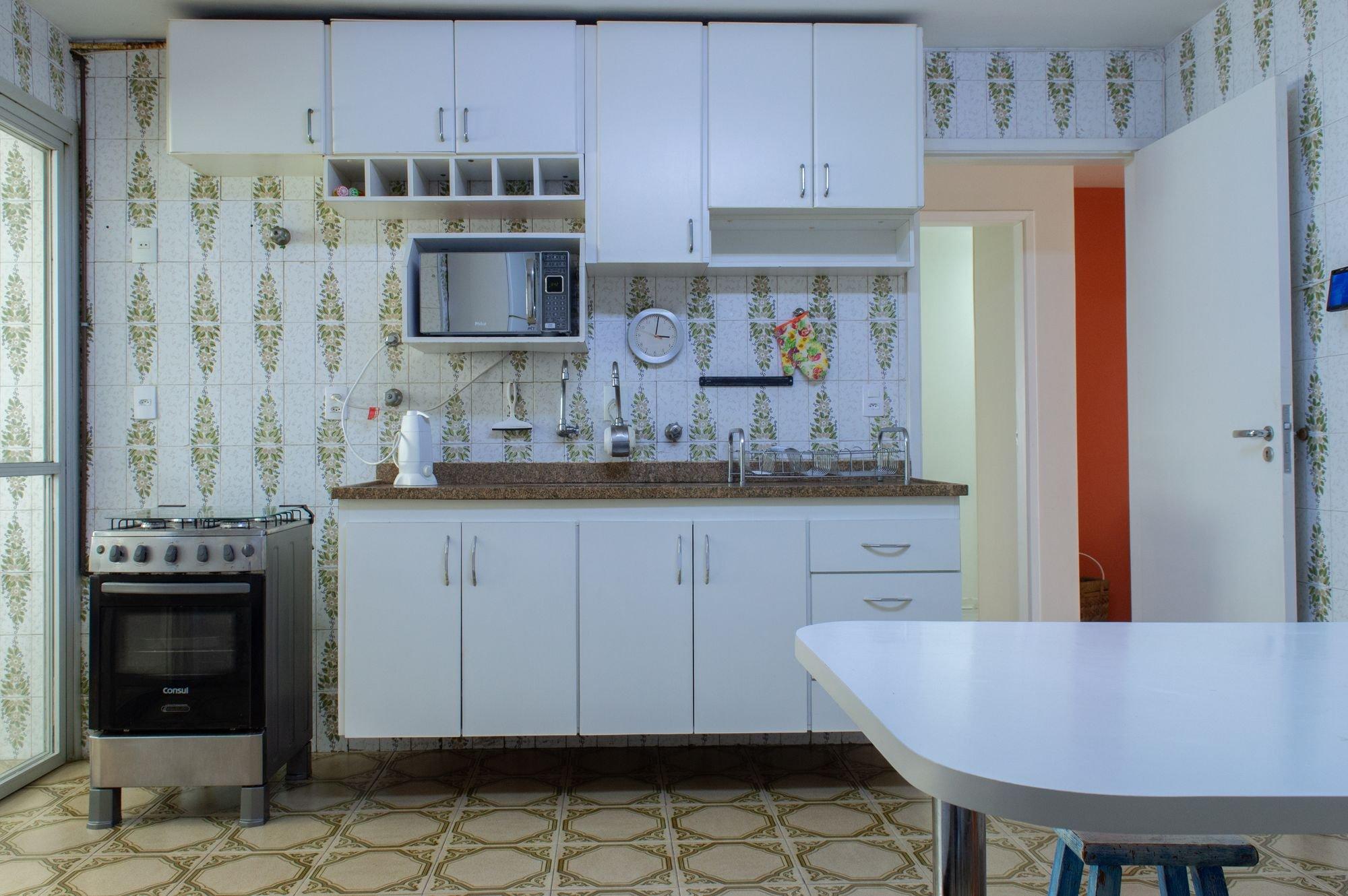 Foto de Cozinha com microondas, relógio, mesa de jantar