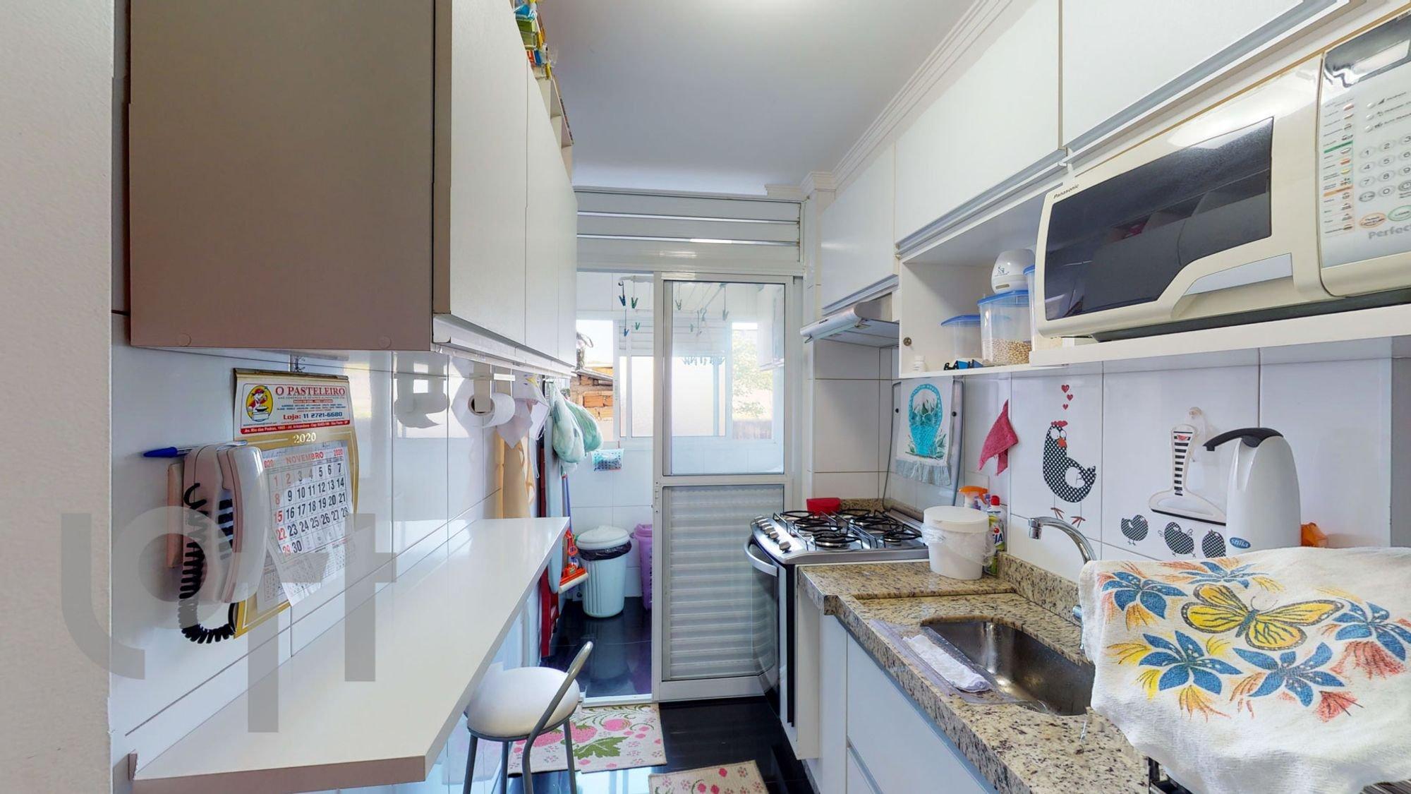 Foto de Cozinha com cadeira, pia, microondas