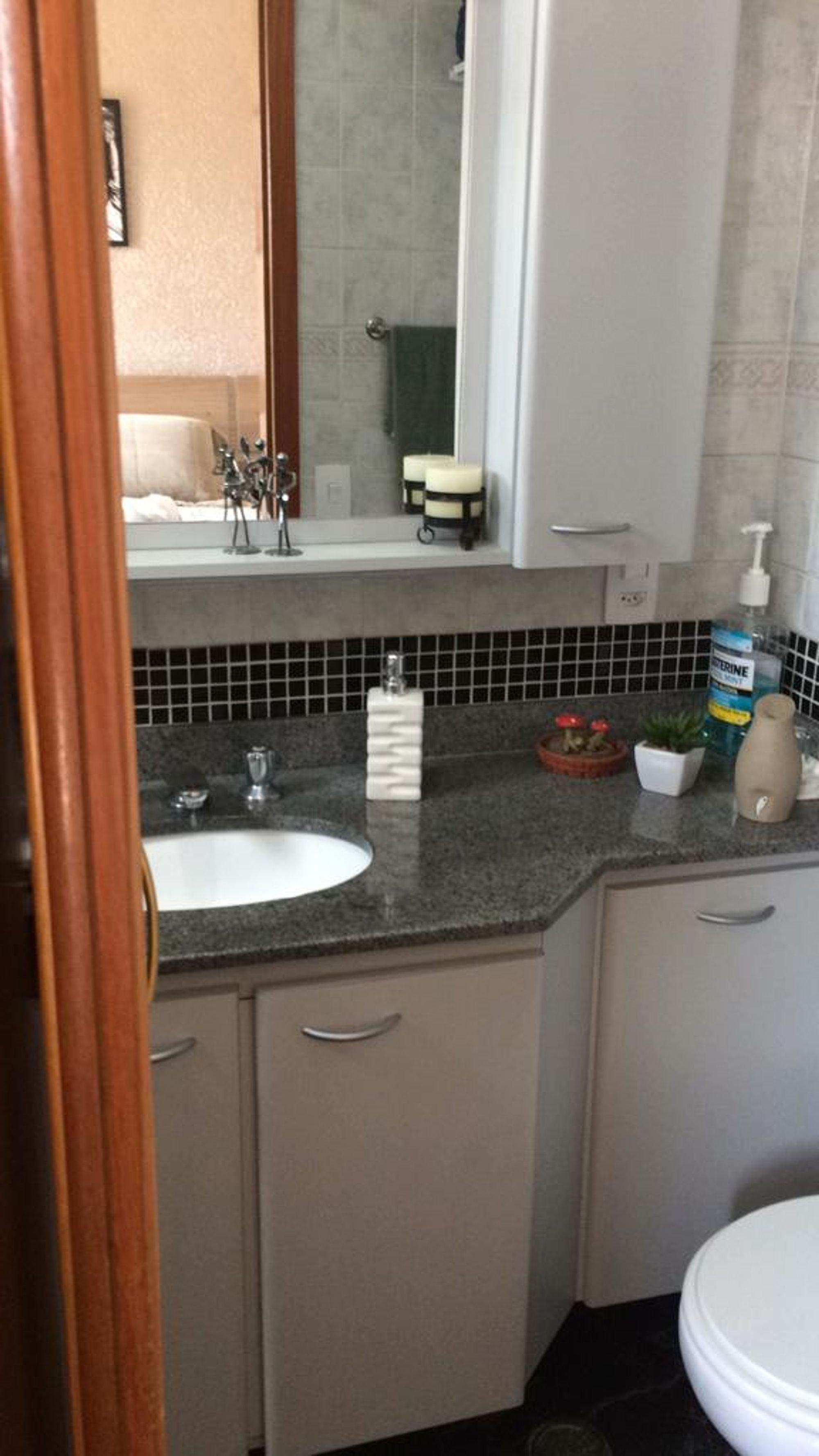 Foto de Banheiro com vaso sanitário, garrafa, tigela, pia