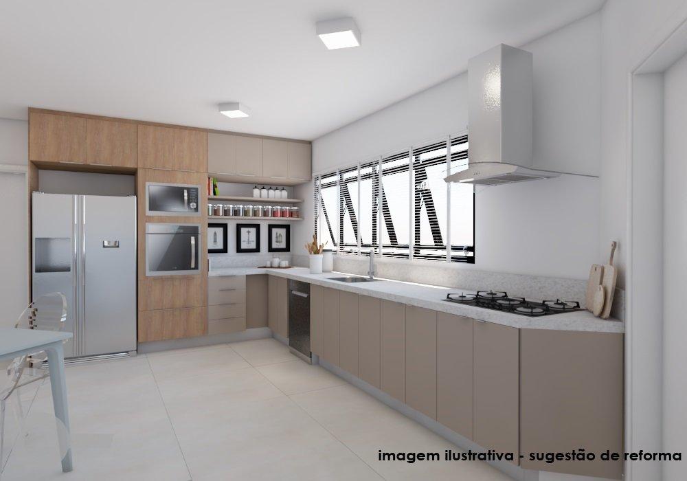 Foto de Cozinha com geladeira, pia, microondas, mesa de jantar