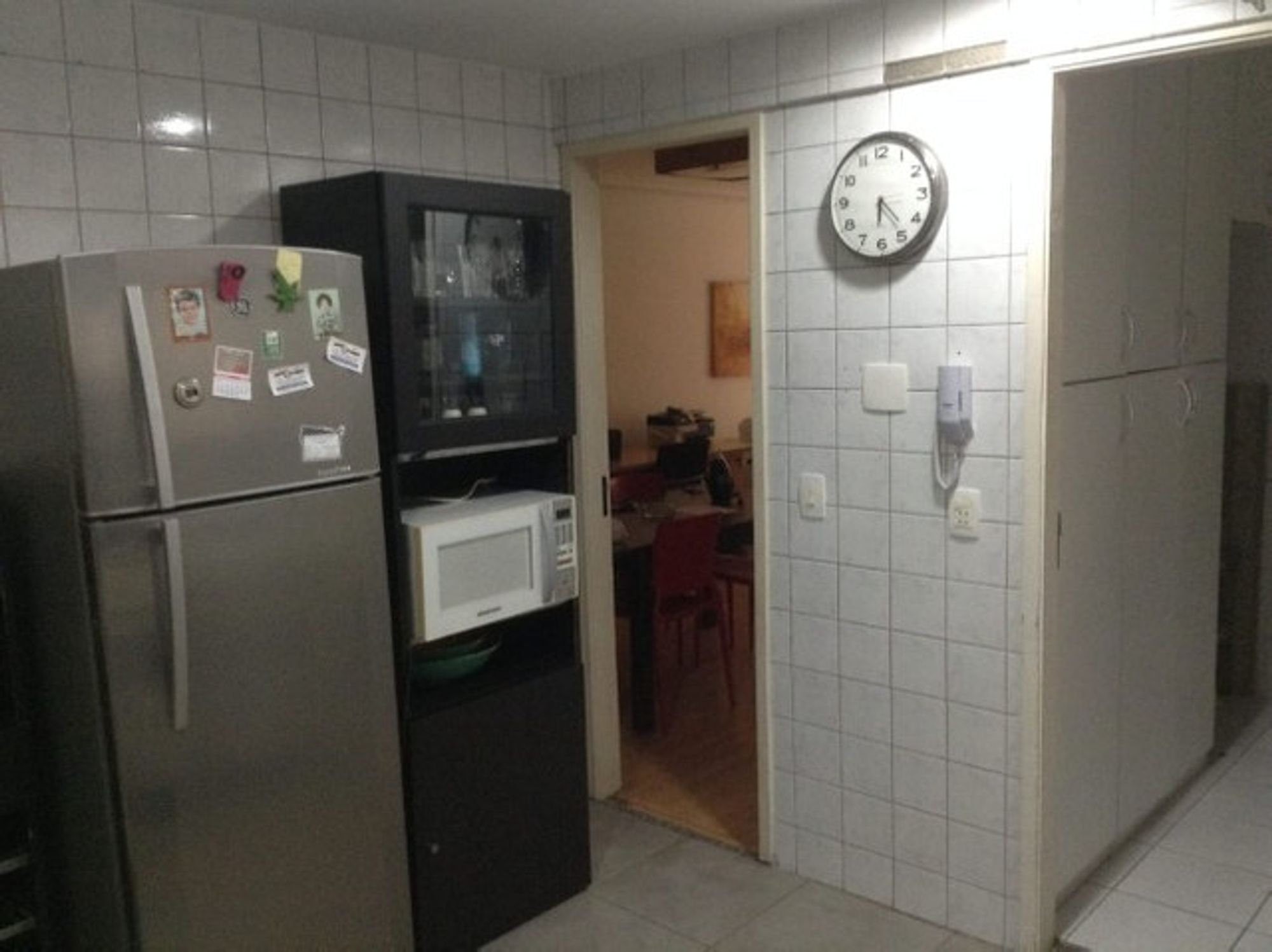 Foto de Cozinha com geladeira, microondas, relógio