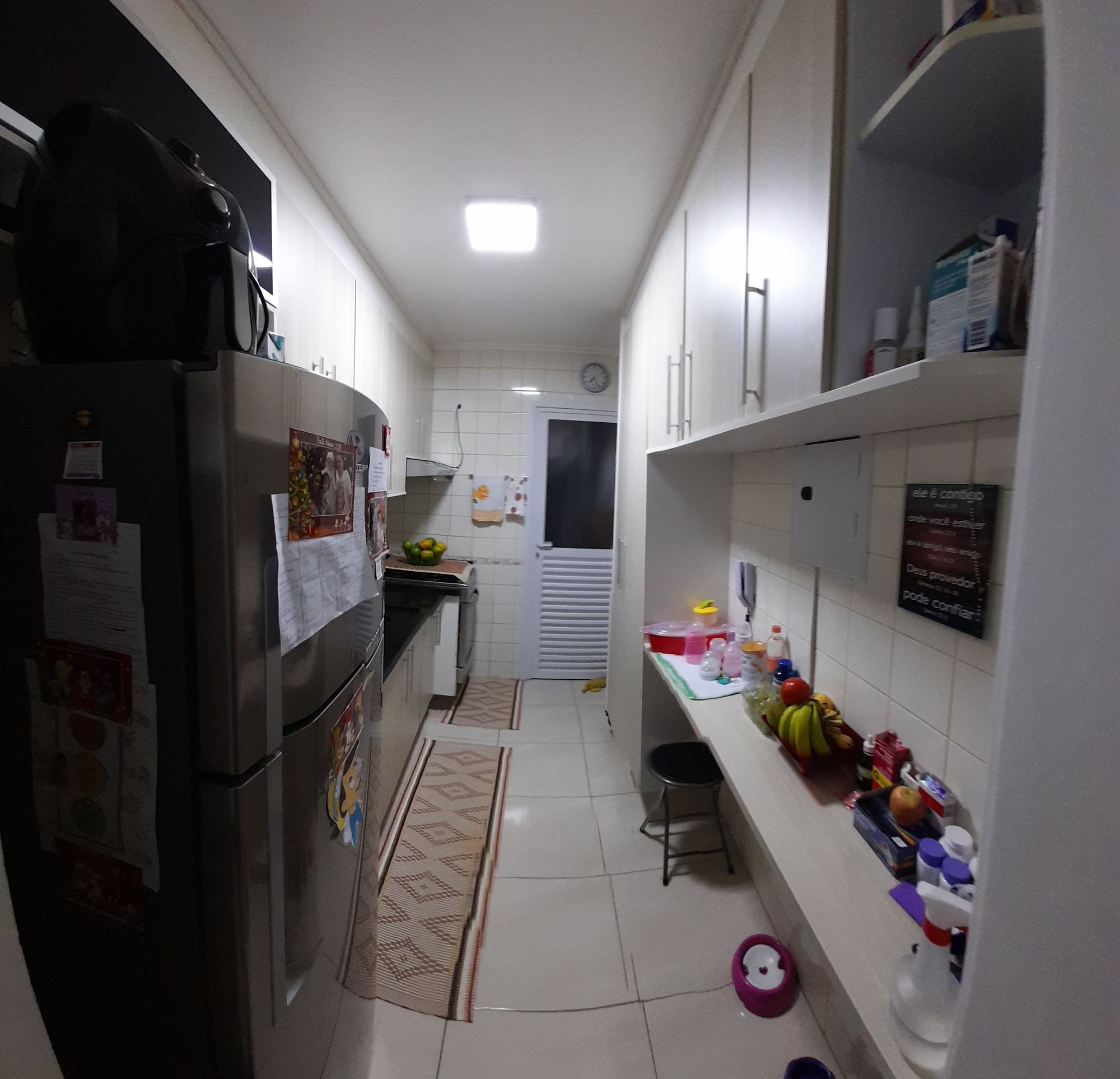 Foto de Cozinha com relógio, garrafa, geladeira, cadeira