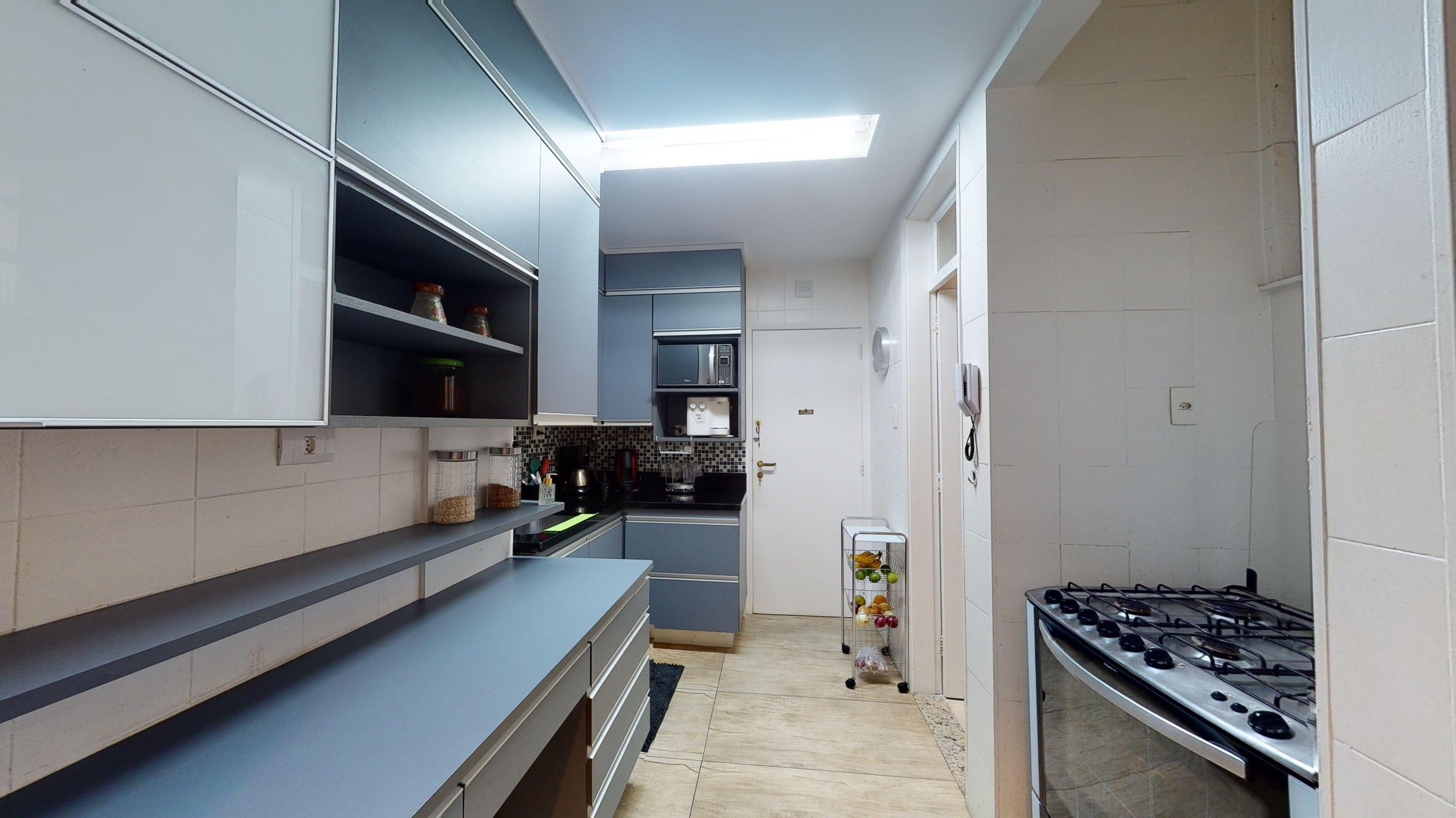 Foto de Cozinha com forno, vaso, garrafa