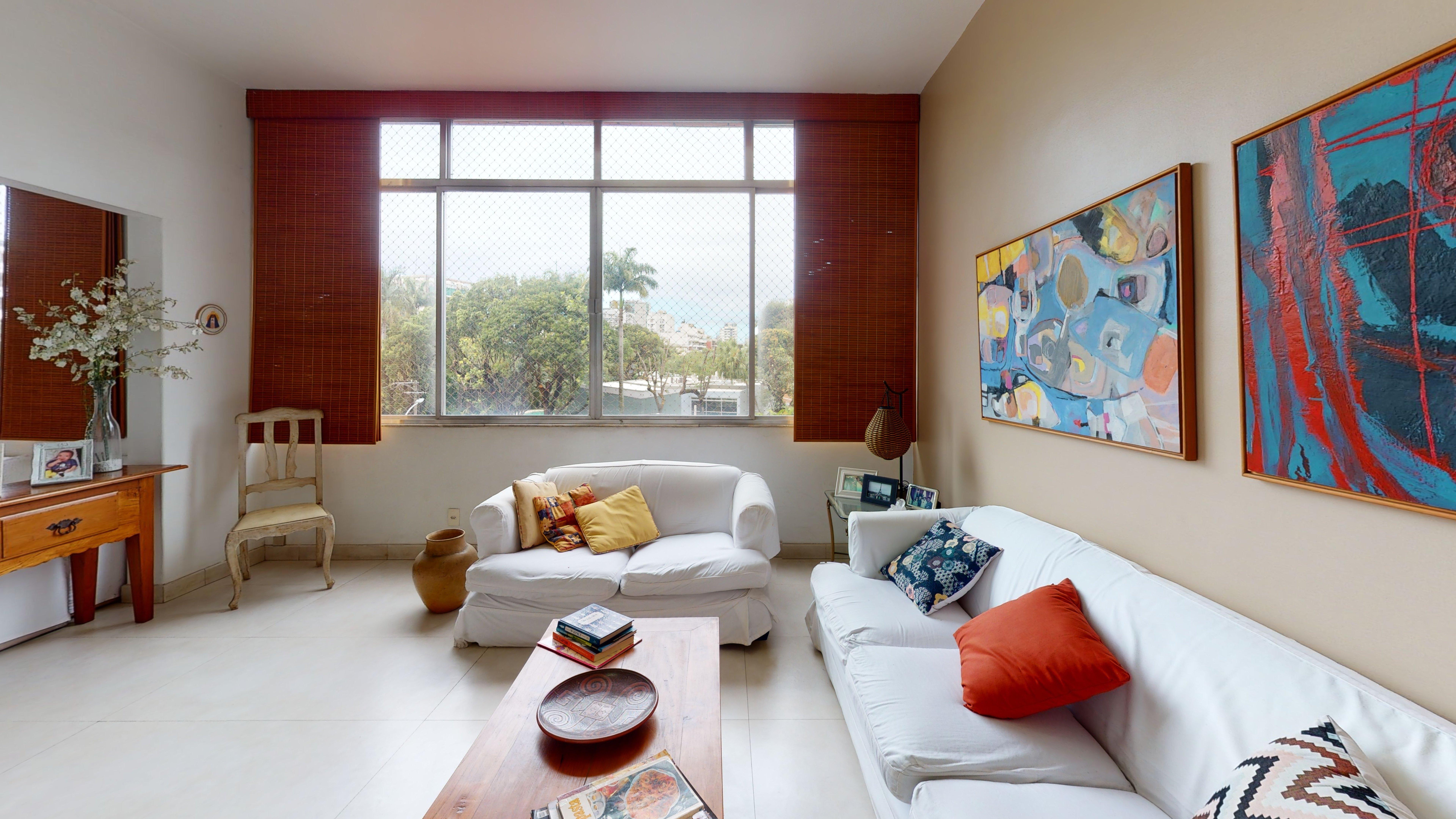 Foto de Quarto com vaso de planta, sofá, vaso, cadeira, livro