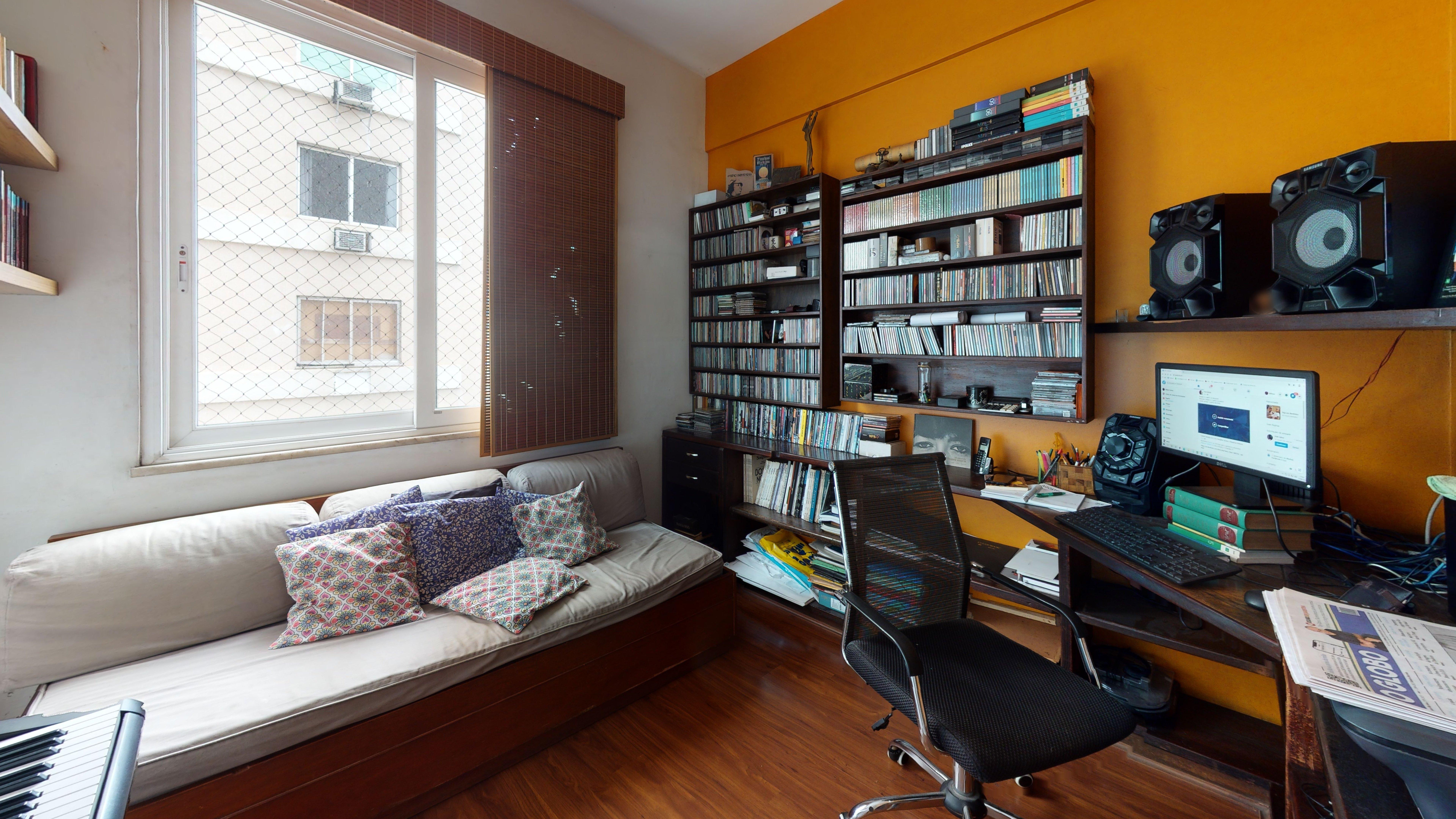 Foto de Sala com teclado, sofá, televisão, relógio, cadeira, livro