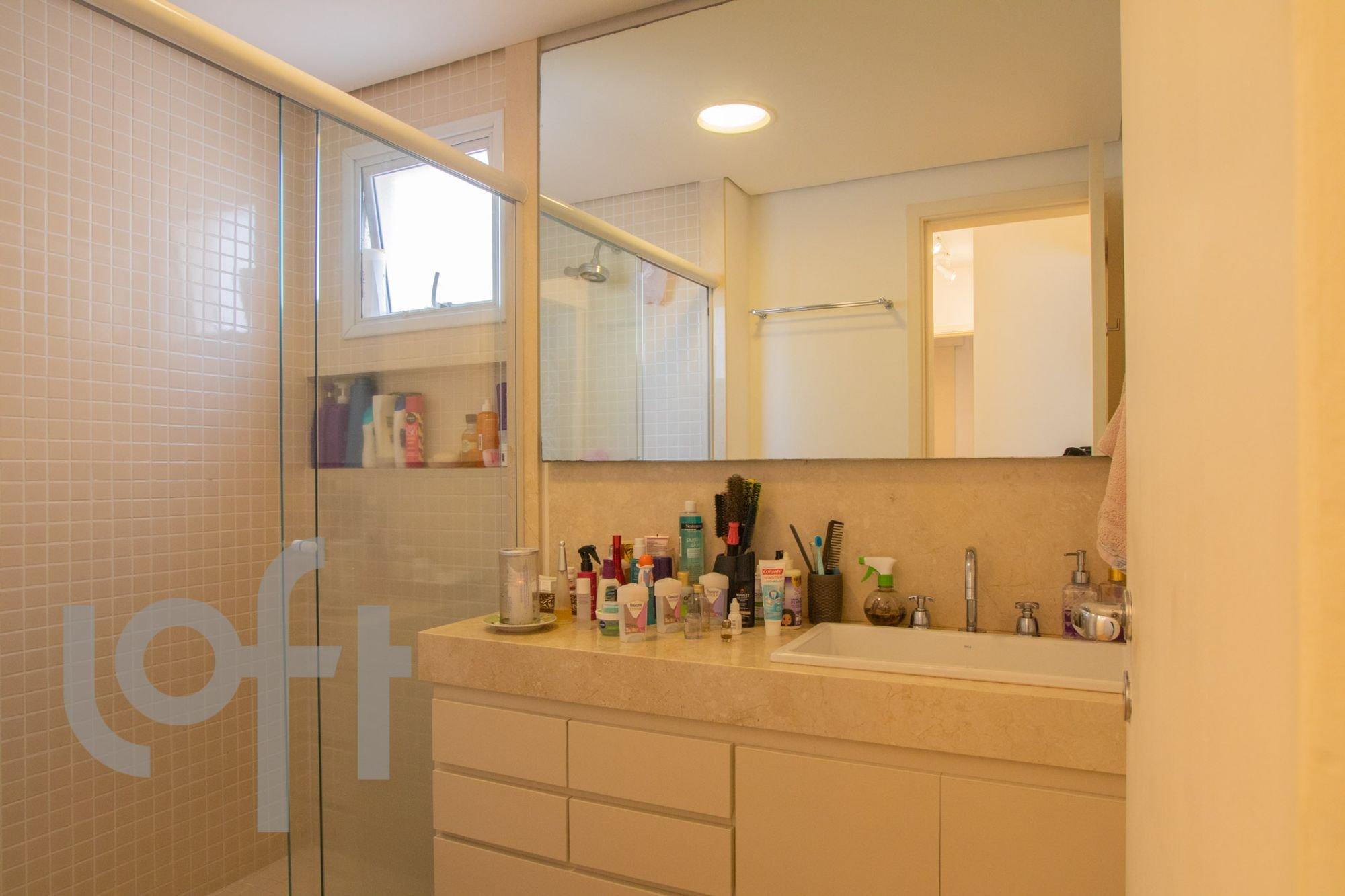 Foto de Banheiro com escova de dente, vaso sanitário, garrafa, tigela, pia