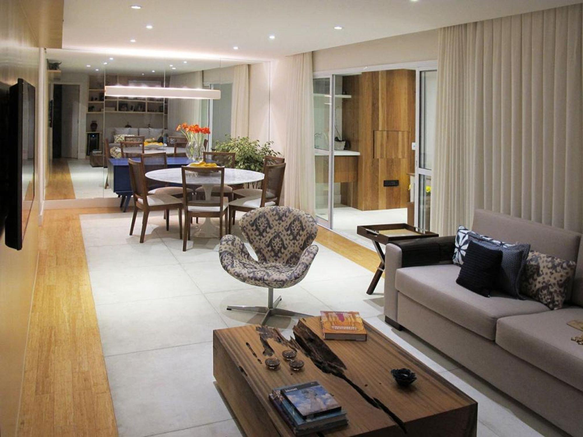 Foto de Sala com sofá, cadeira, livro, mesa de jantar