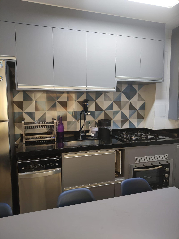 Foto de Cozinha com garrafa, forno, geladeira, cadeira, mesa de jantar