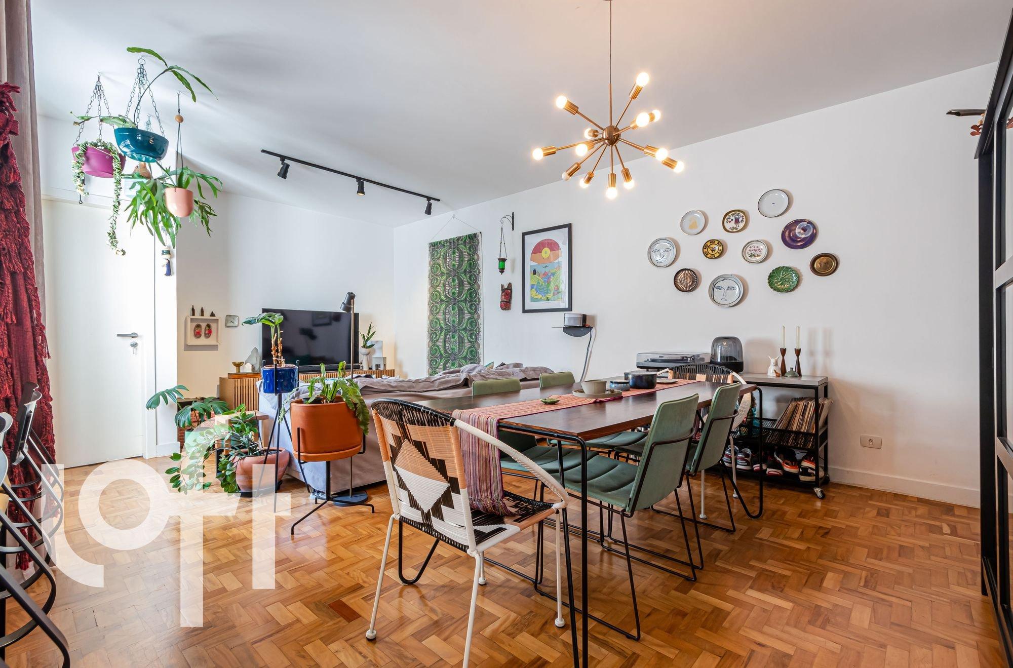 Foto de Sala com vaso de planta, cadeira, relógio