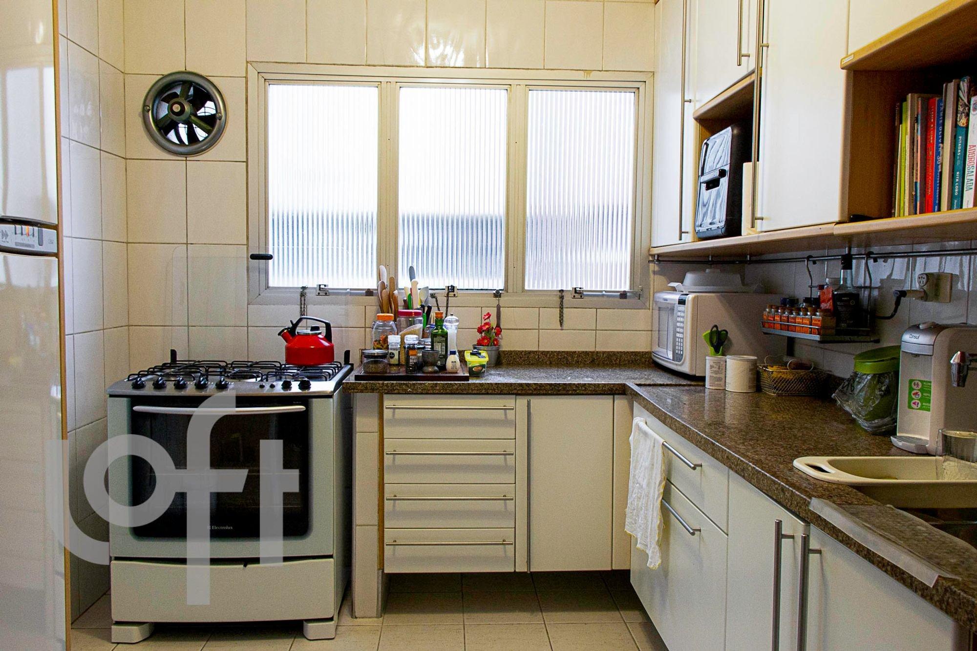 Foto de Cozinha com vaso de planta, garrafa, forno, microondas