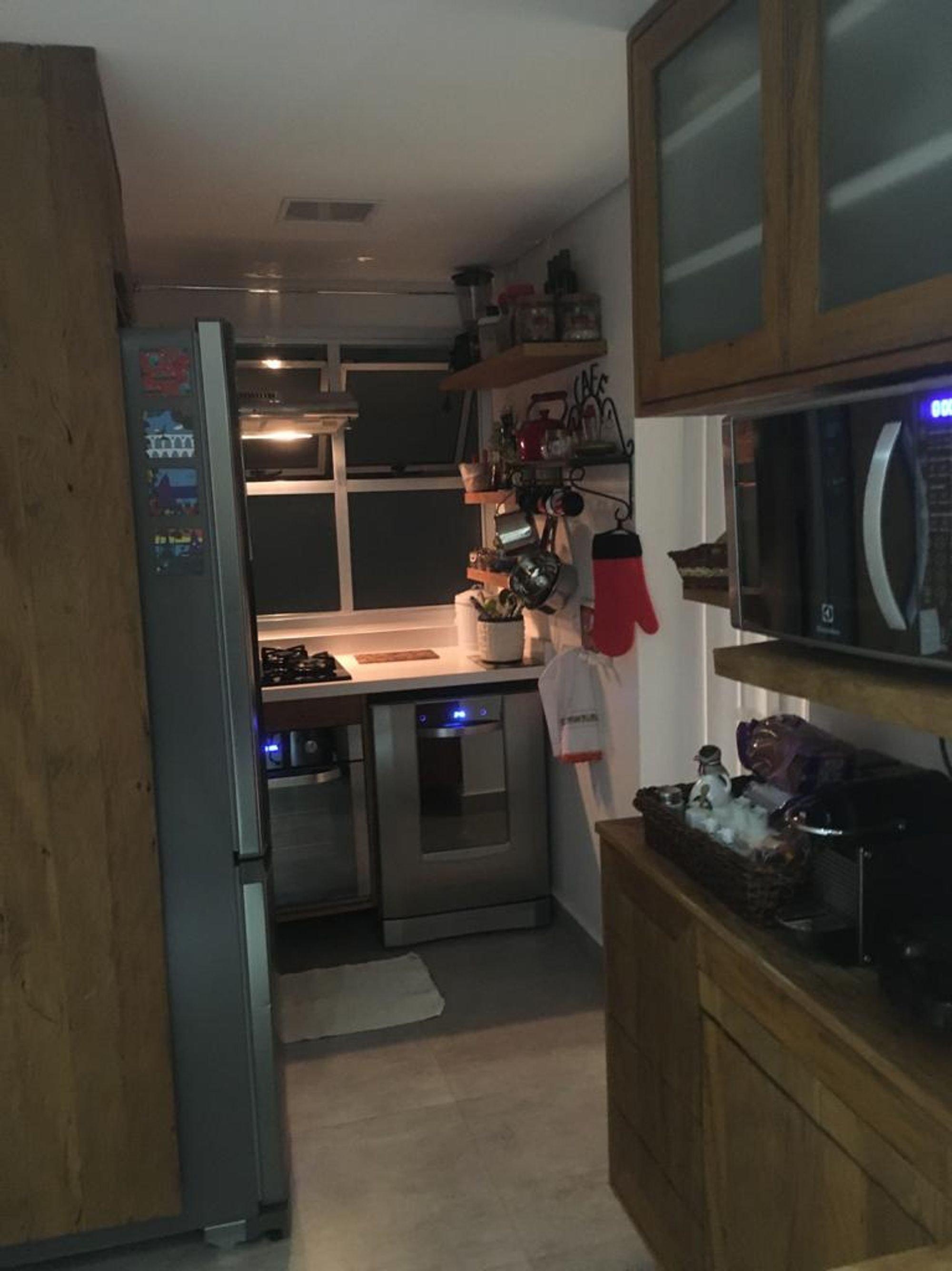 Foto de Cozinha com forno, televisão, microondas