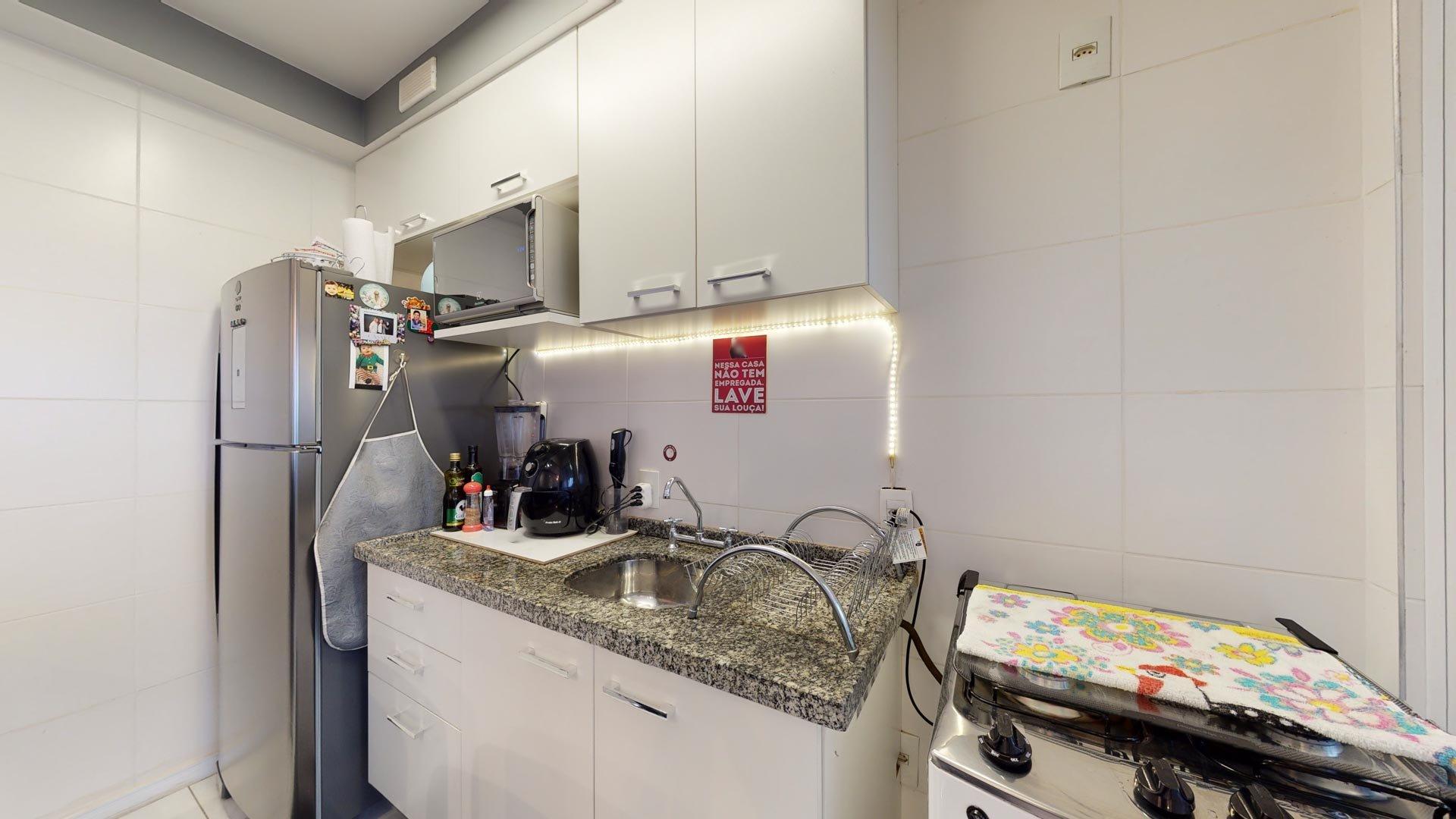 Foto de Cozinha com garrafa, forno, geladeira, pia