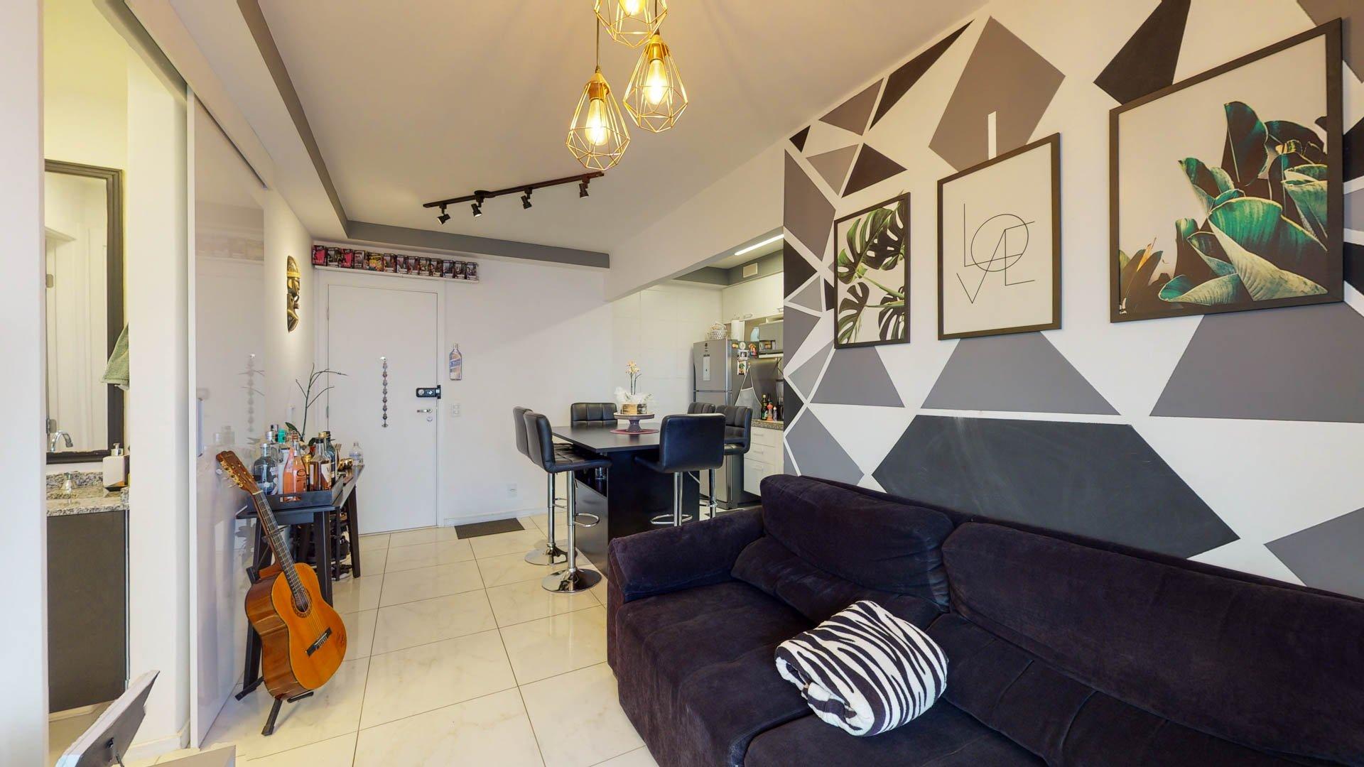 Foto de Sala com sofá, geladeira, cadeira
