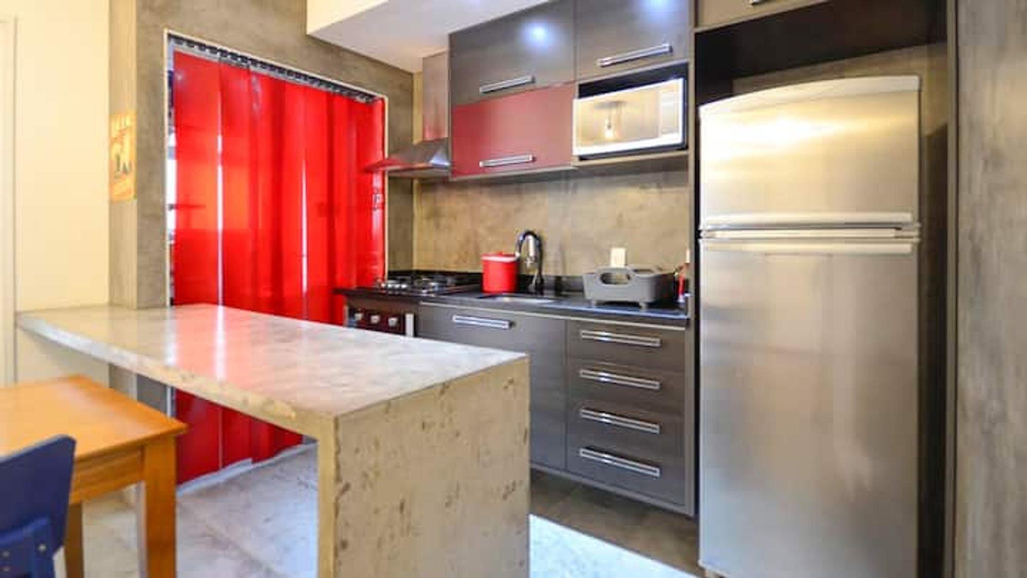 Foto de Cozinha com geladeira, cadeira, xícara