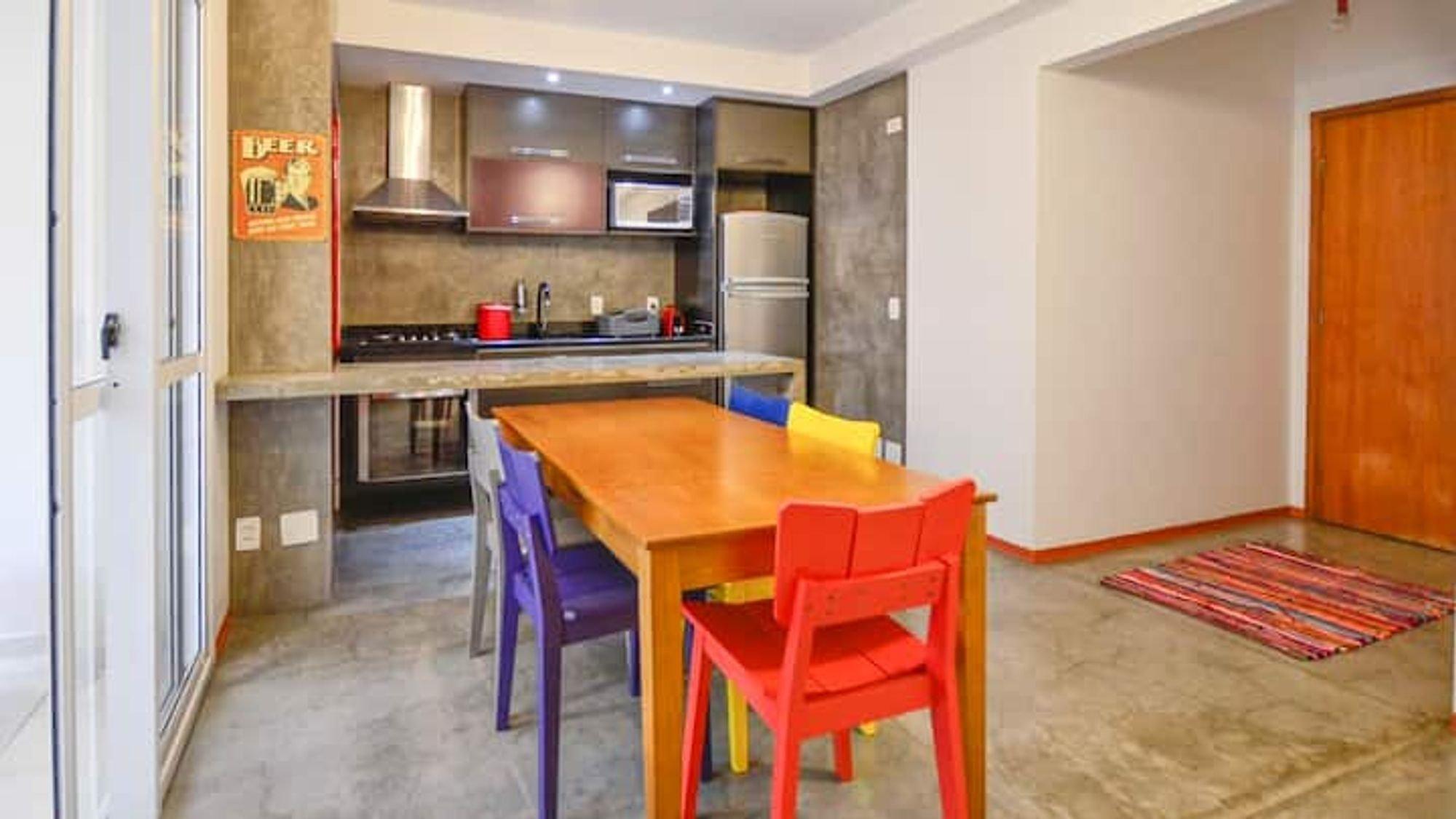 Foto de Sala com forno, cadeira, microondas, mesa de jantar, xícara