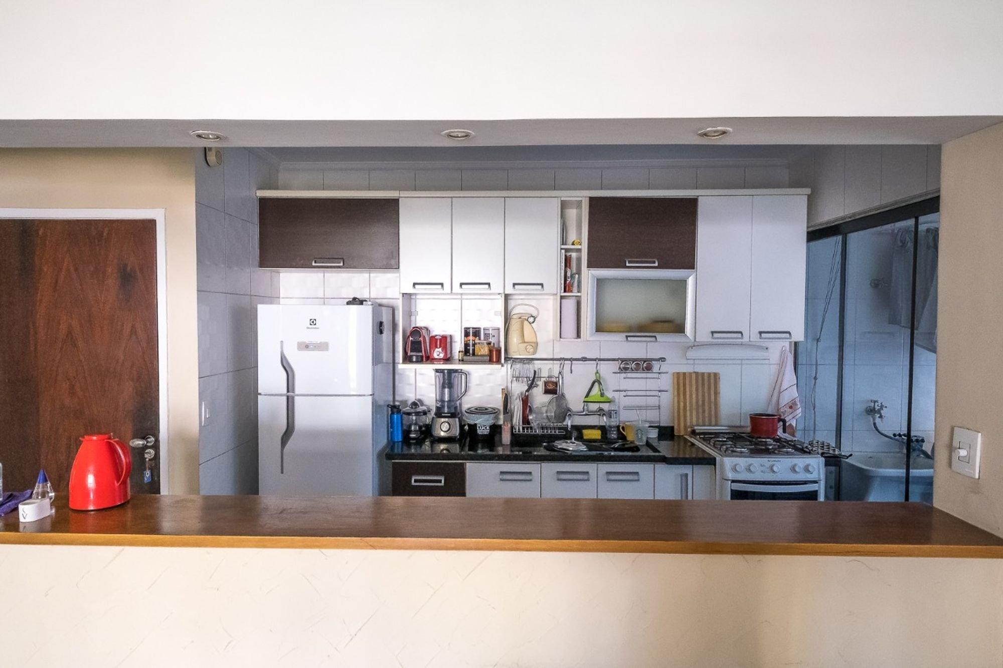 Foto de Cozinha com forno, geladeira, televisão