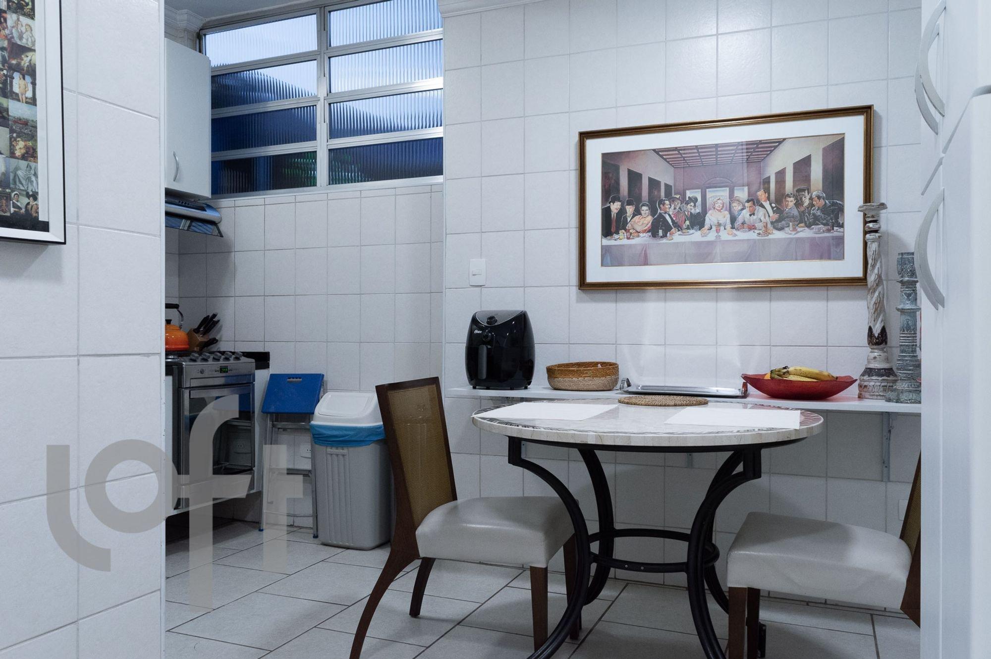 Foto de Cozinha com faca, forno, tigela, cadeira, mesa de jantar