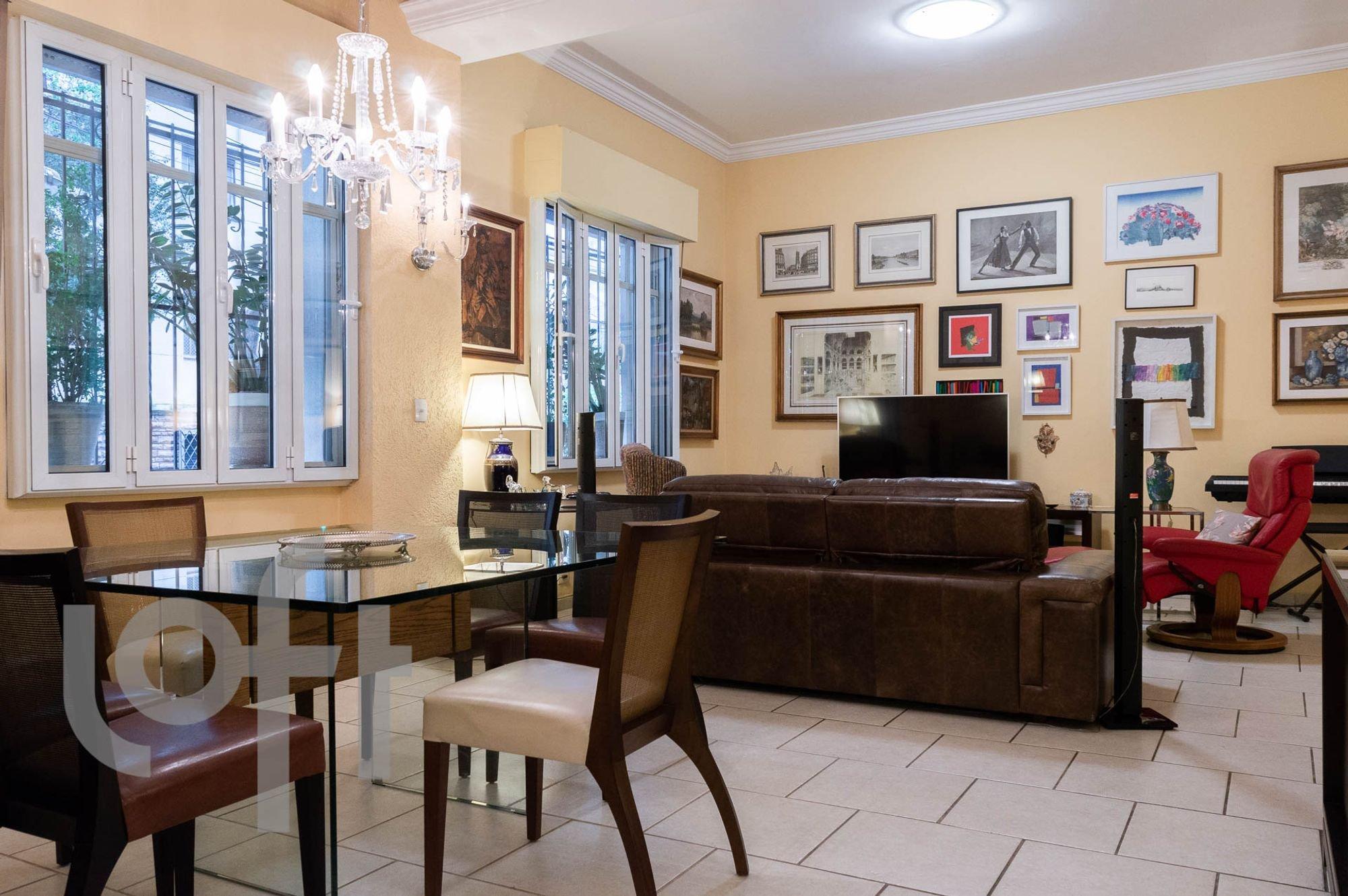 Foto de Sala com sofá, televisão, cadeira, mesa de jantar