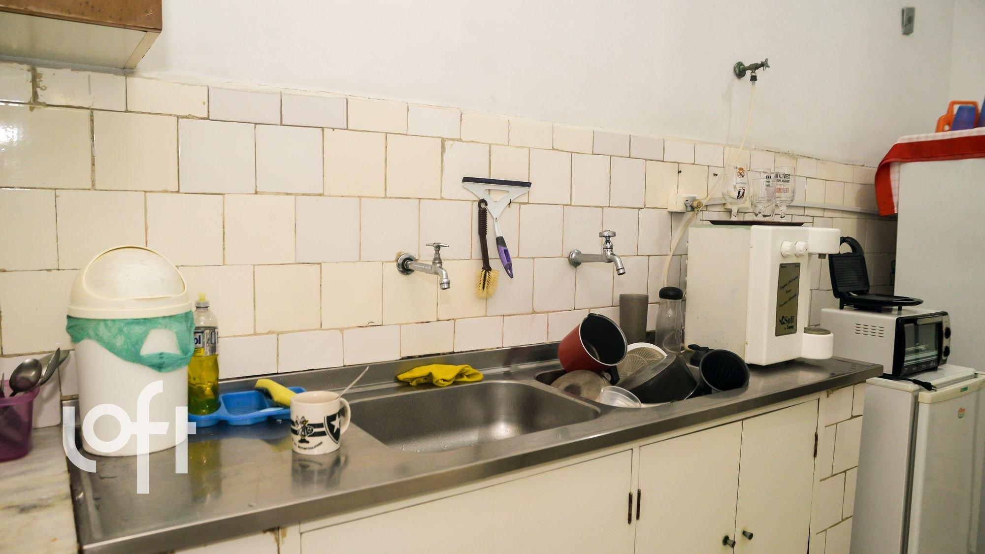 Foto de Lavanderia com garrafa, tigela, geladeira, pia, microondas, xícara