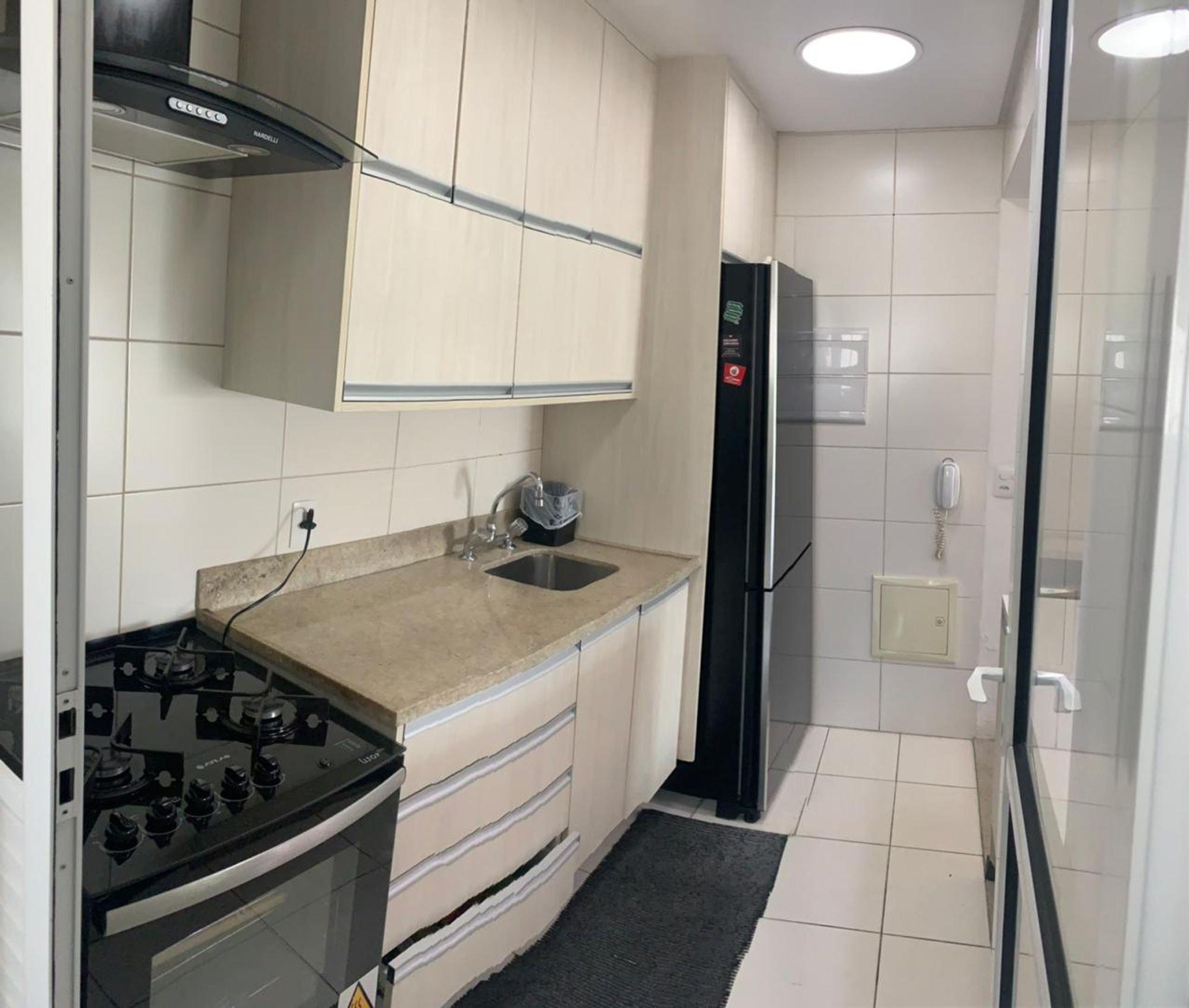 Foto de Cozinha com forno, geladeira, pia