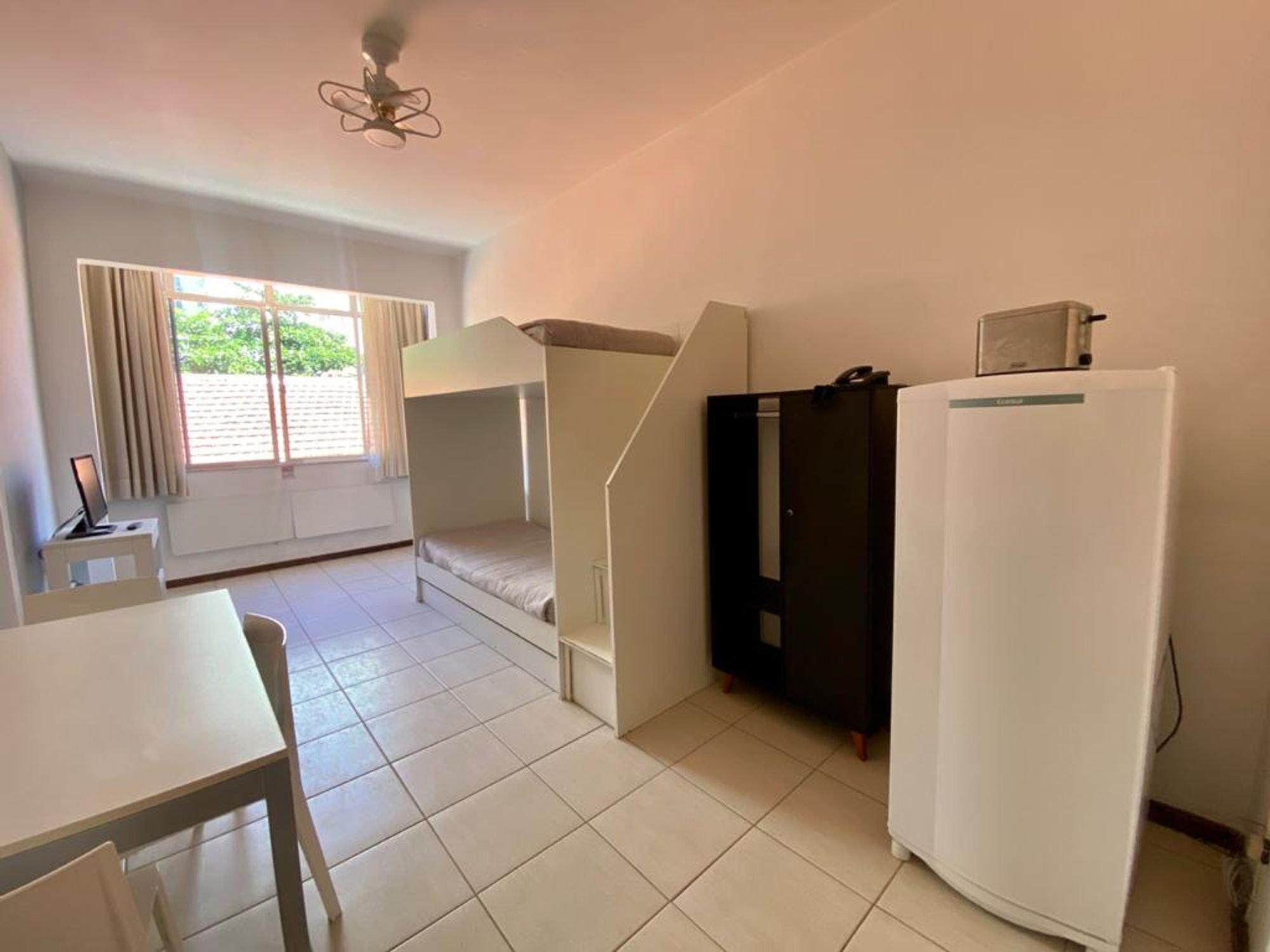 Foto de Sala com geladeira, mesa de jantar